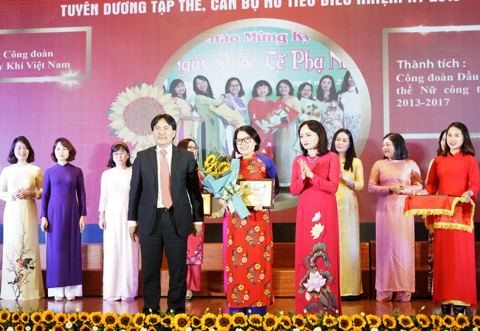 Công đoàn PV GAS: Nhận khen thưởng Tập thể Ban Nữ công và 2 cán bộ nữ xuất sắc nhiệm kỳ V (2013-2018)