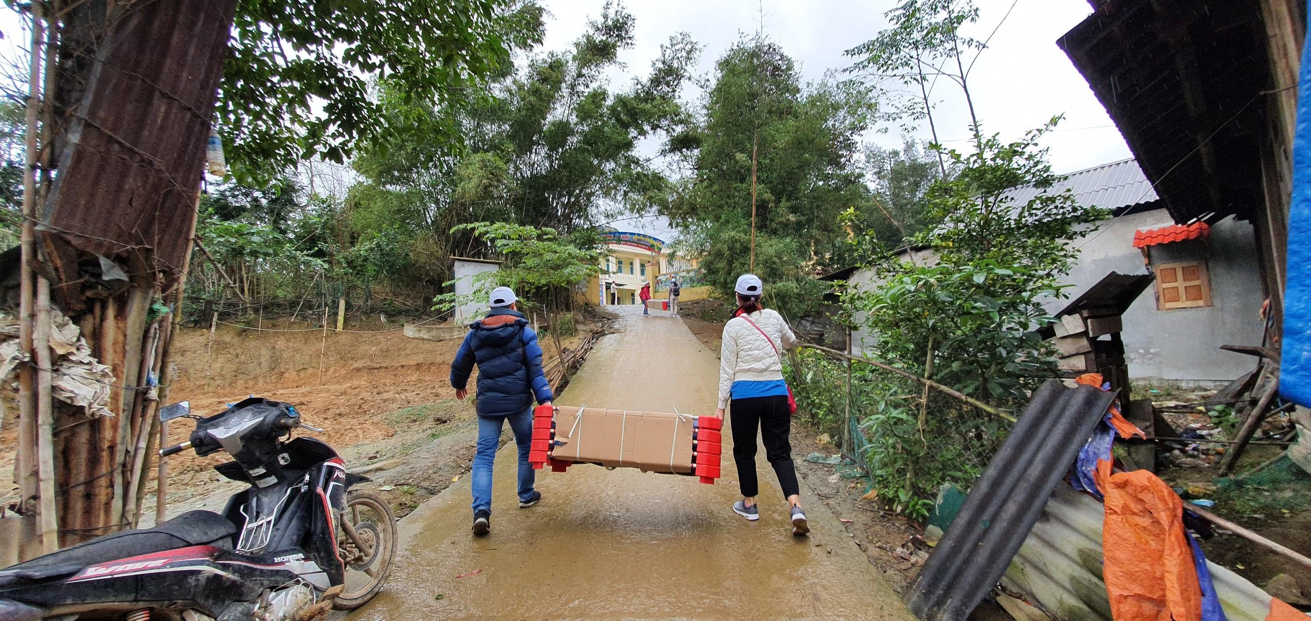 Đoàn Công đoàn CQĐH PV GAS tự vận chuyển giường lưới cho điểm trường Mầm non