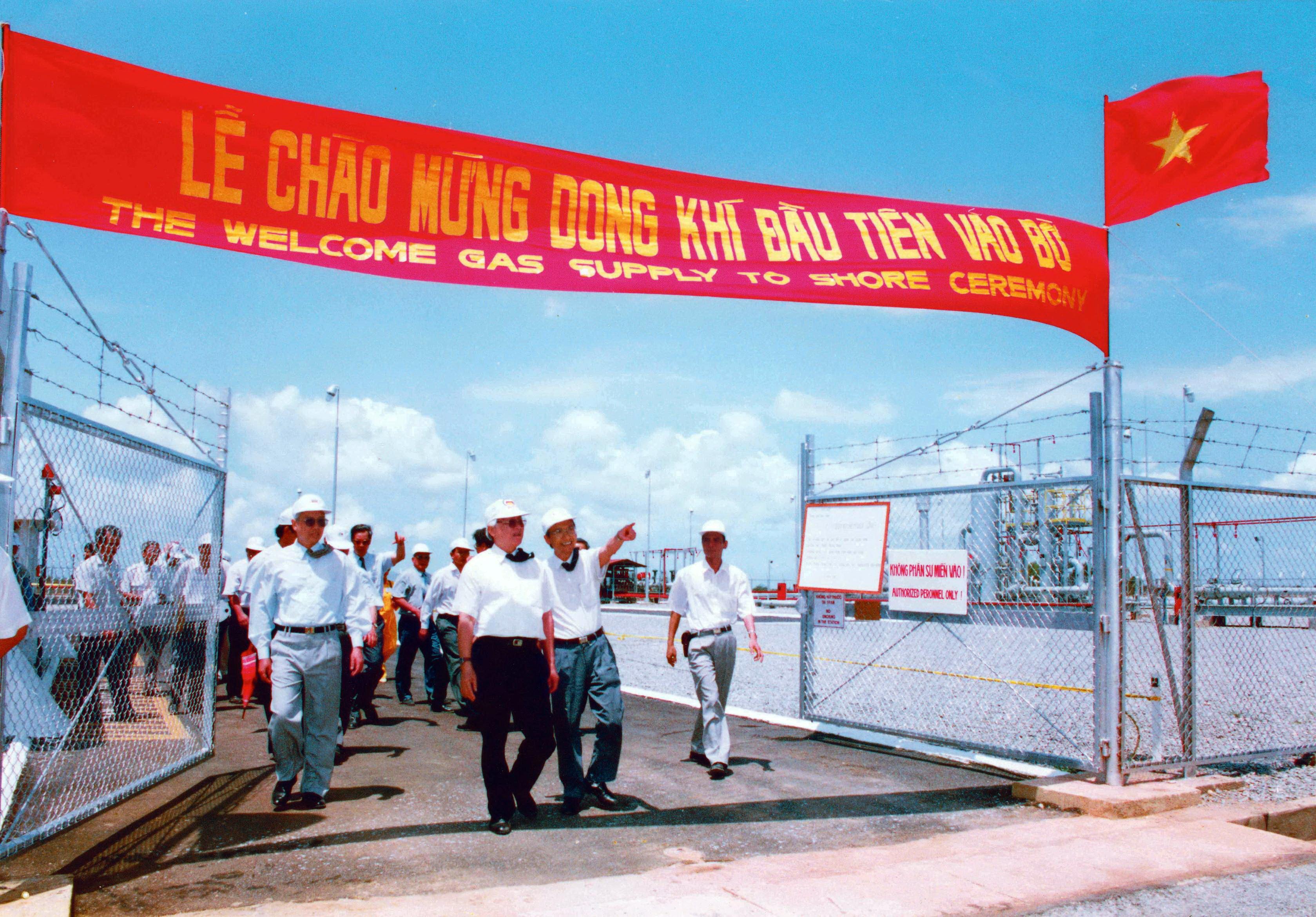 Hình ảnh Thủ tướng Võ Văn Kiệt tham dự Lễ đón Dòng khí đầu tiên vào bờ năm 1995