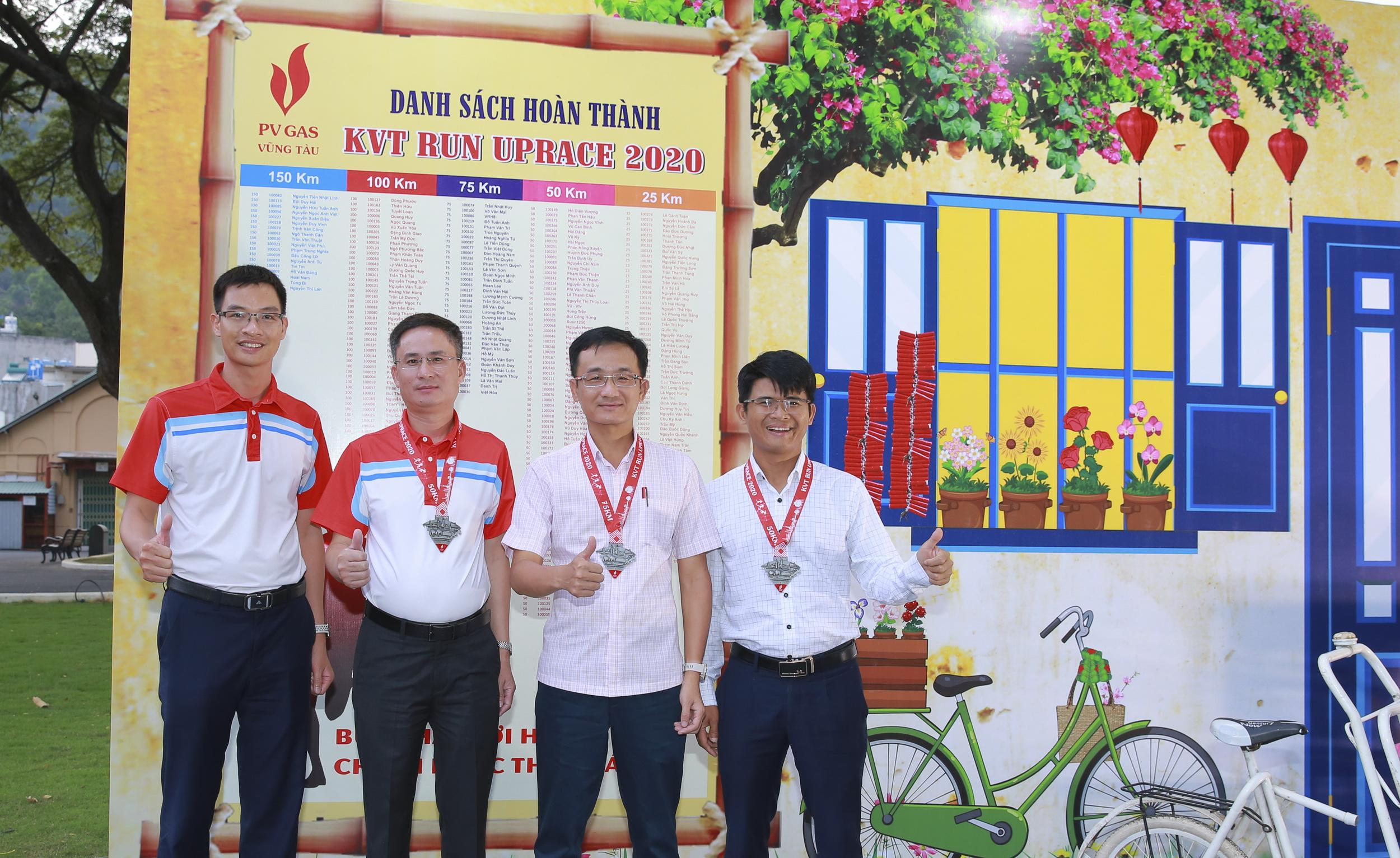 Các lãnh đạo KVT nhận chứng nhận hoàn thành chặng đua 2020