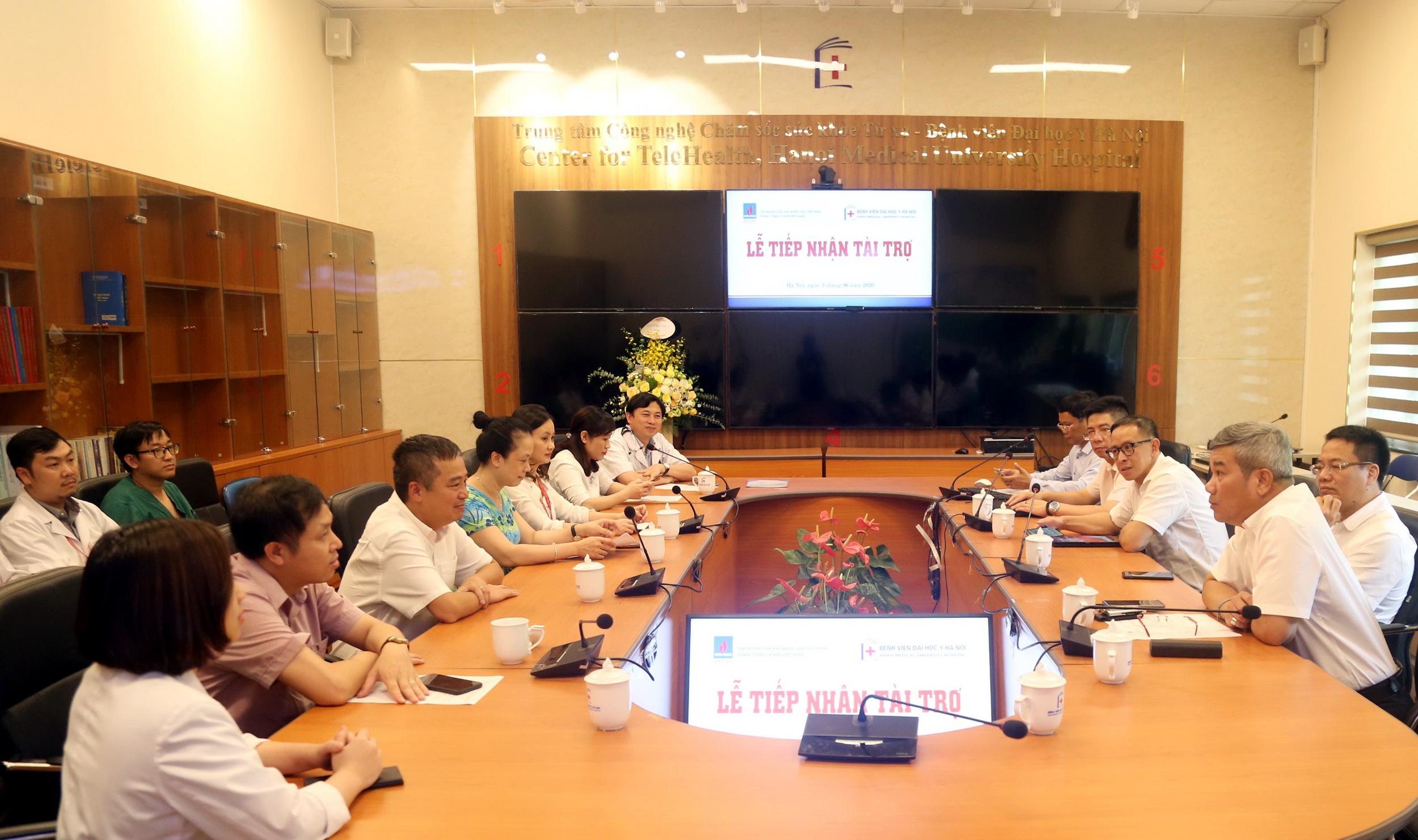 Lễ trao tặng thiết bị y tế cho Bệnh viện Đại học Y Hà Nội