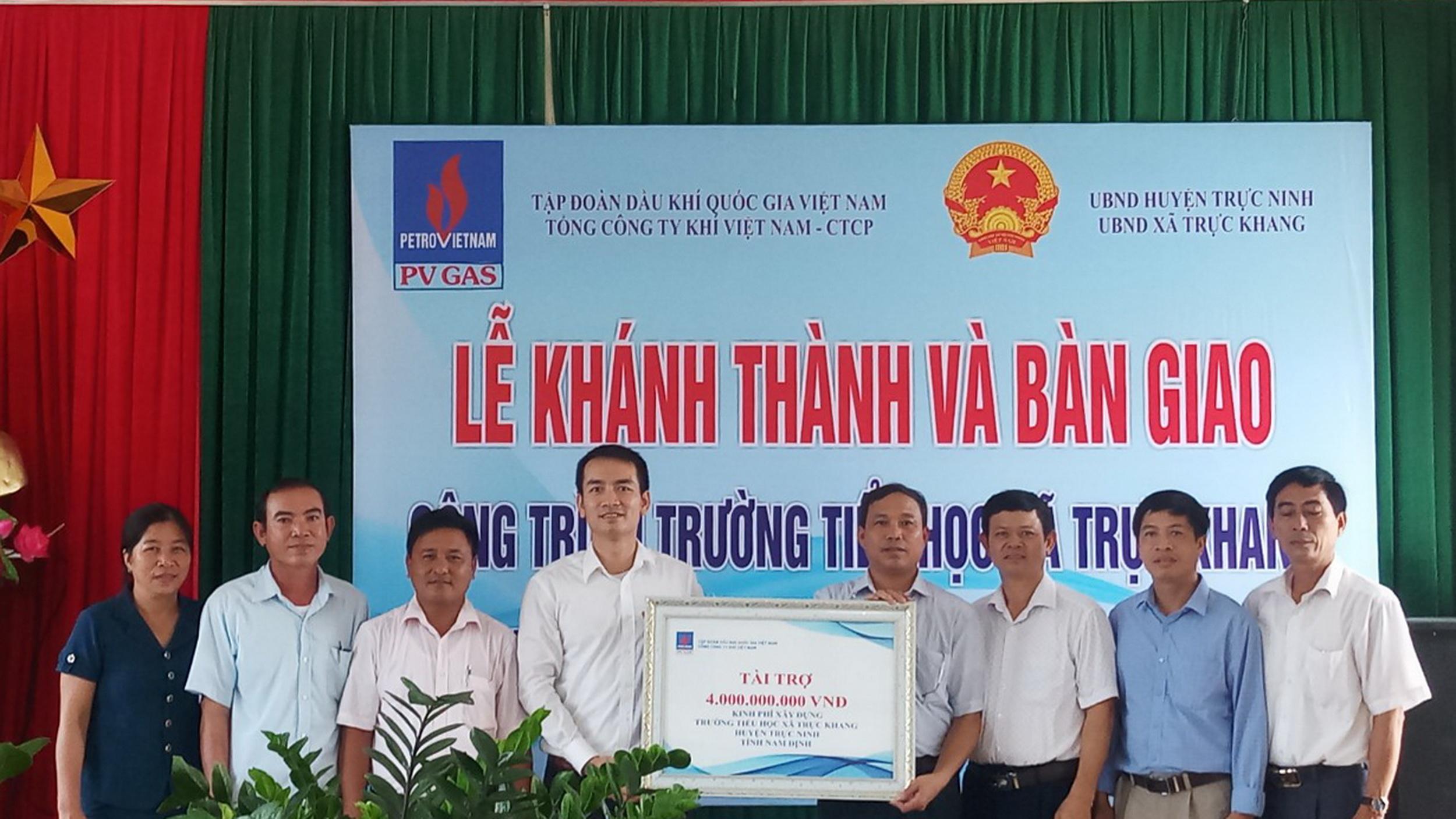 Đại diện PV GAS trao chứng nhận tài trợ 4 tỷ đồng xây dựng trường Tiểu học Trực Khang