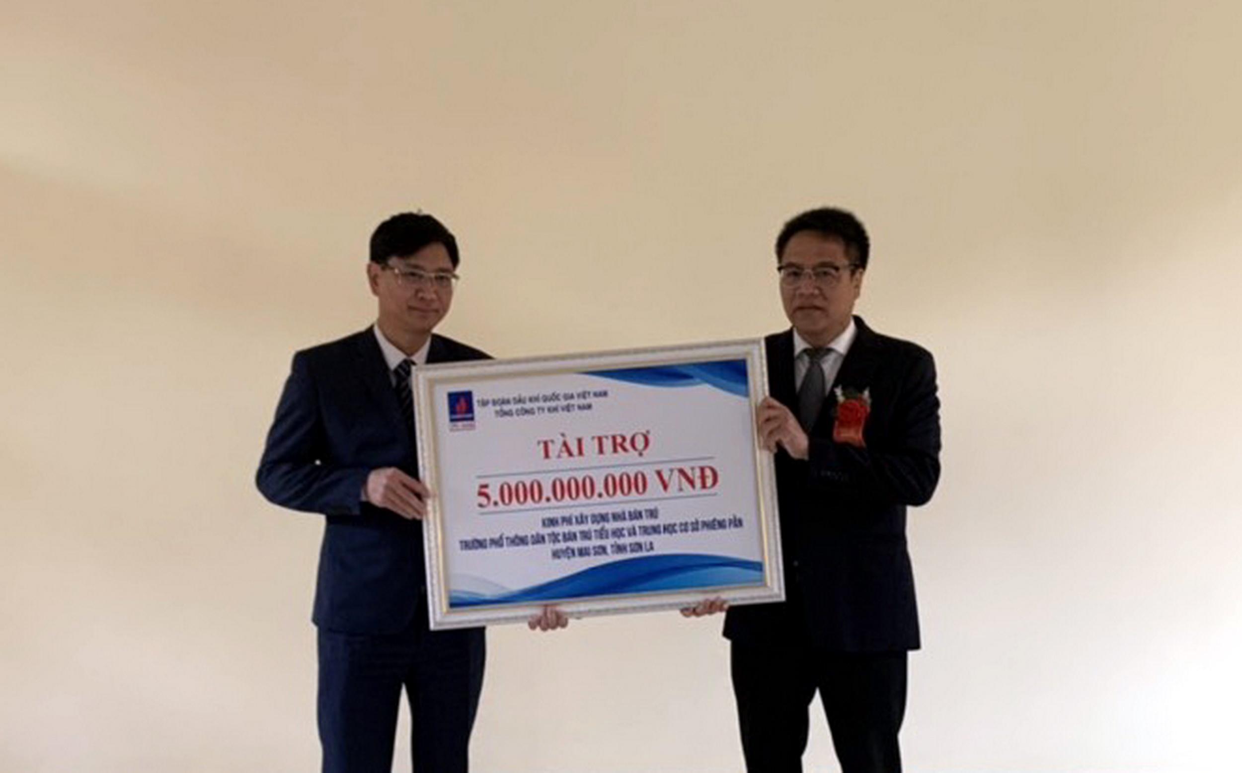 Đại diện lãnh đạo PV GAS trao chứng nhận tài trợ 5 tỷ đồng cho công trình