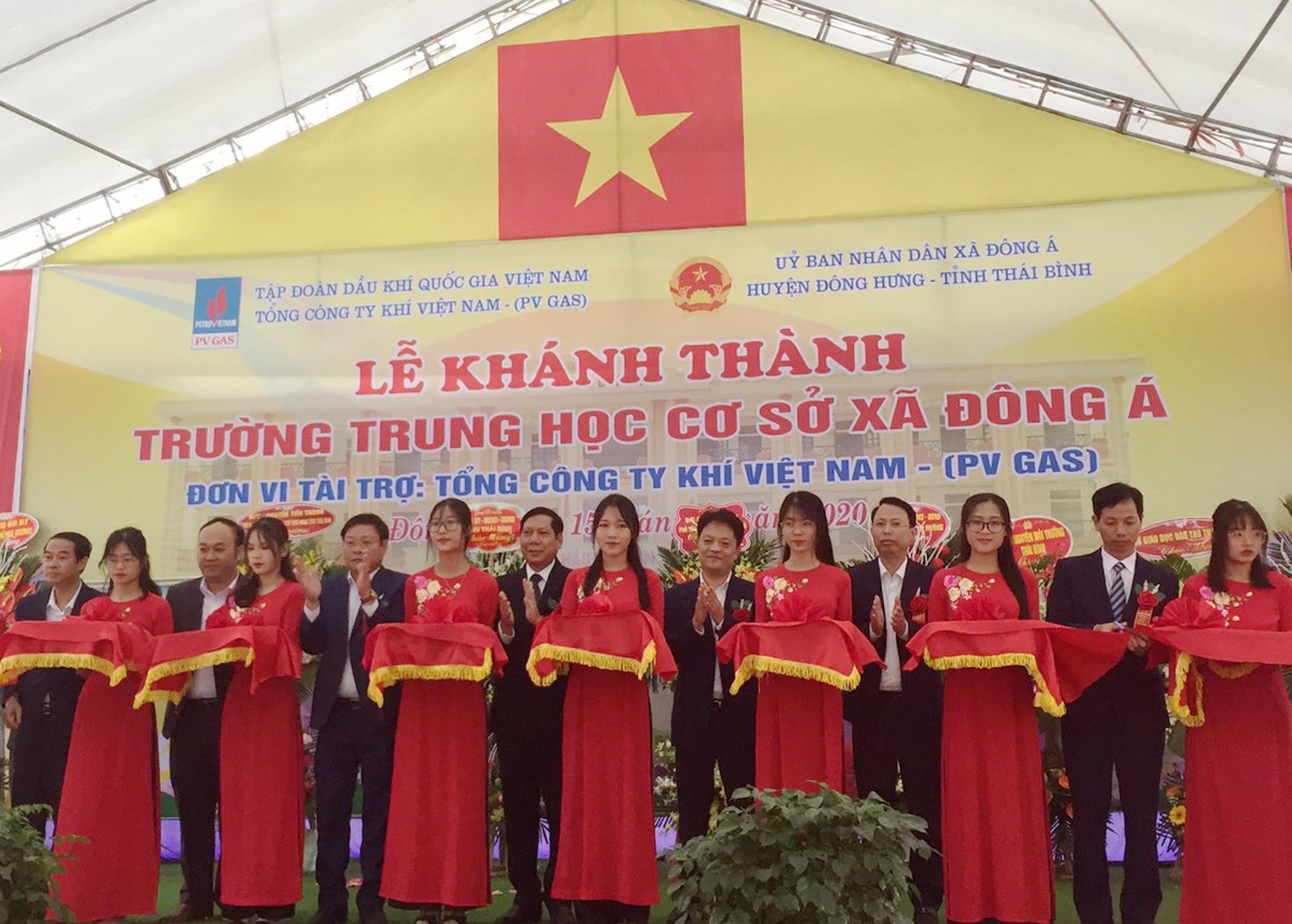 Nghi thức cắt băng khánh thành công trình Trường THCS Đông Á