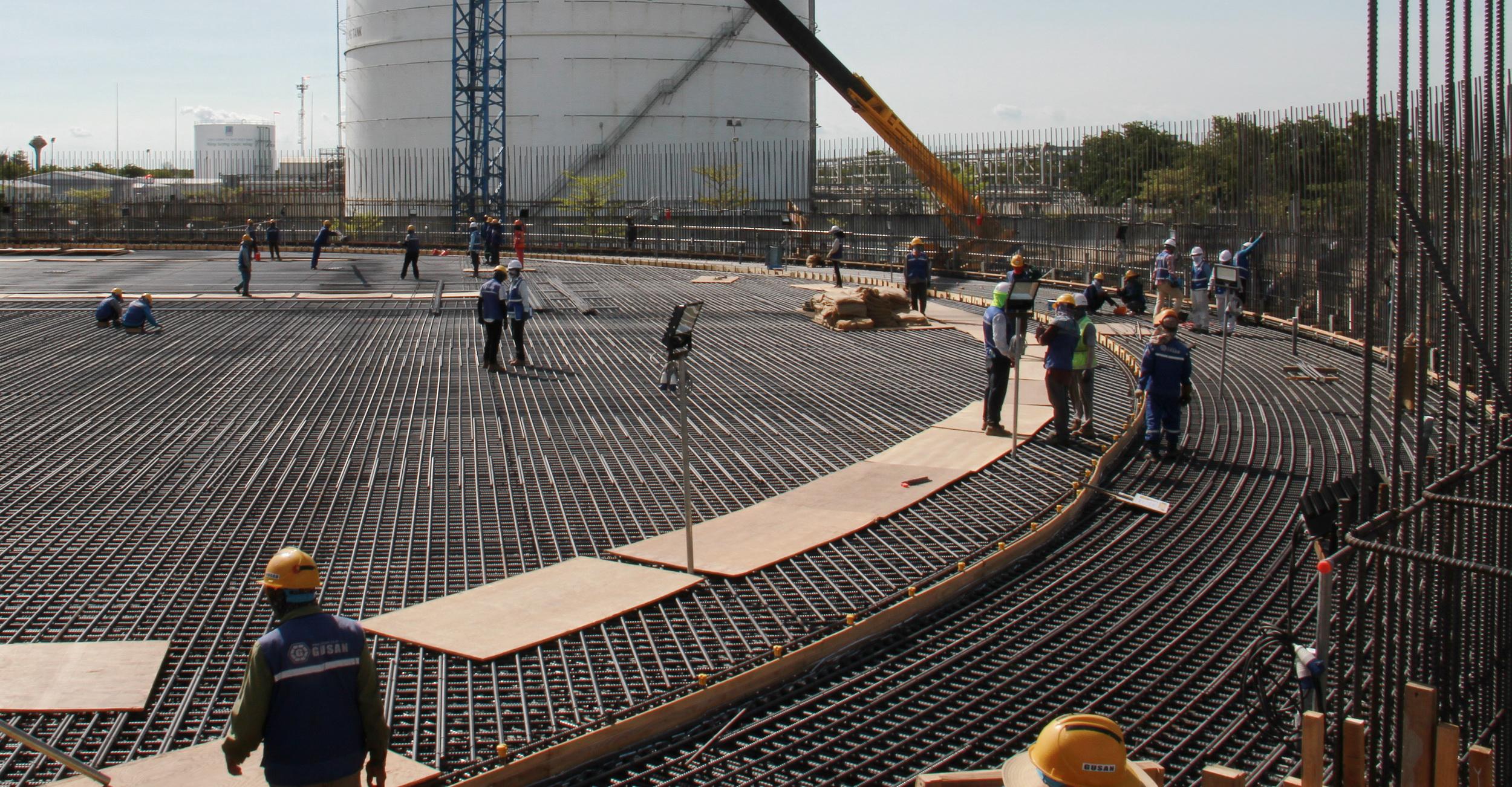 Một góc bồn chứa 1 triệu tấn LNG Thị Vải đang thi công xây dựng