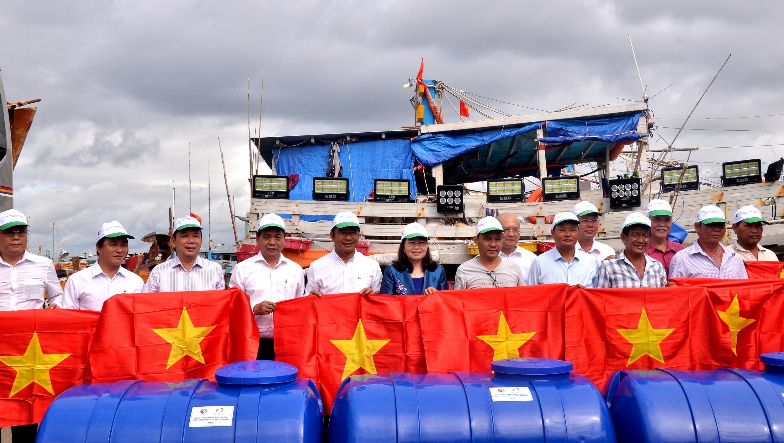 BTC trao tặng 300 bồn chứa nước ngọt chuyên dùng với dung tích 1.000 lít và 3.000 lá cờ Tổ quốc cho ngư dân tỉnh BR-VT