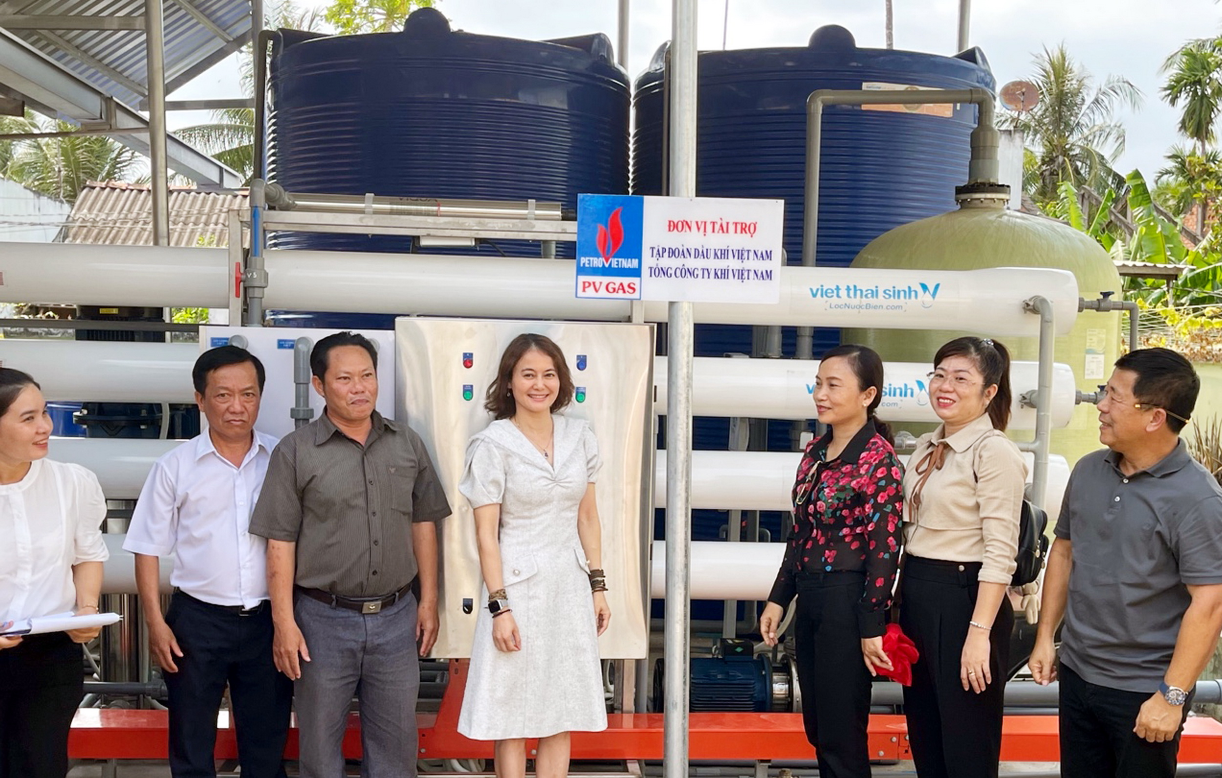 Tham quan hệ thống lọc nước mới được trang bị tại nhà máy nước xã Tân Hào