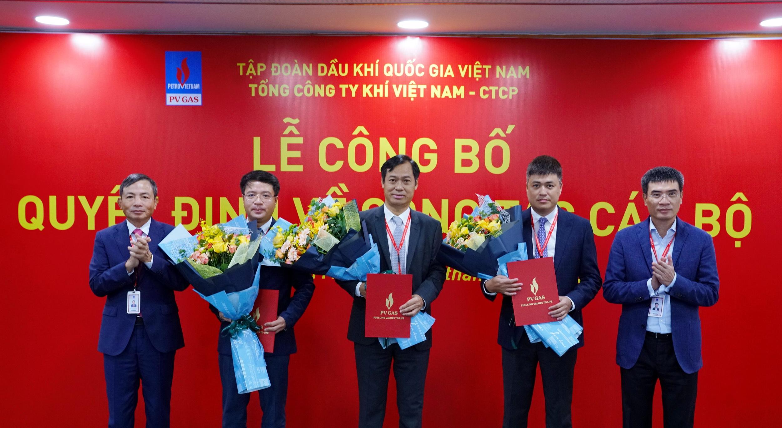 Trao quyết định của Công đoàn Dầu khí Việt Nam công nhận chức danh Chủ tịch Công đoàn Tổng công ty Khí Việt Nam, nhiệm kỳ 2017-2022 đối với đồng chí Trần Xuân Thành (đứng giữa)