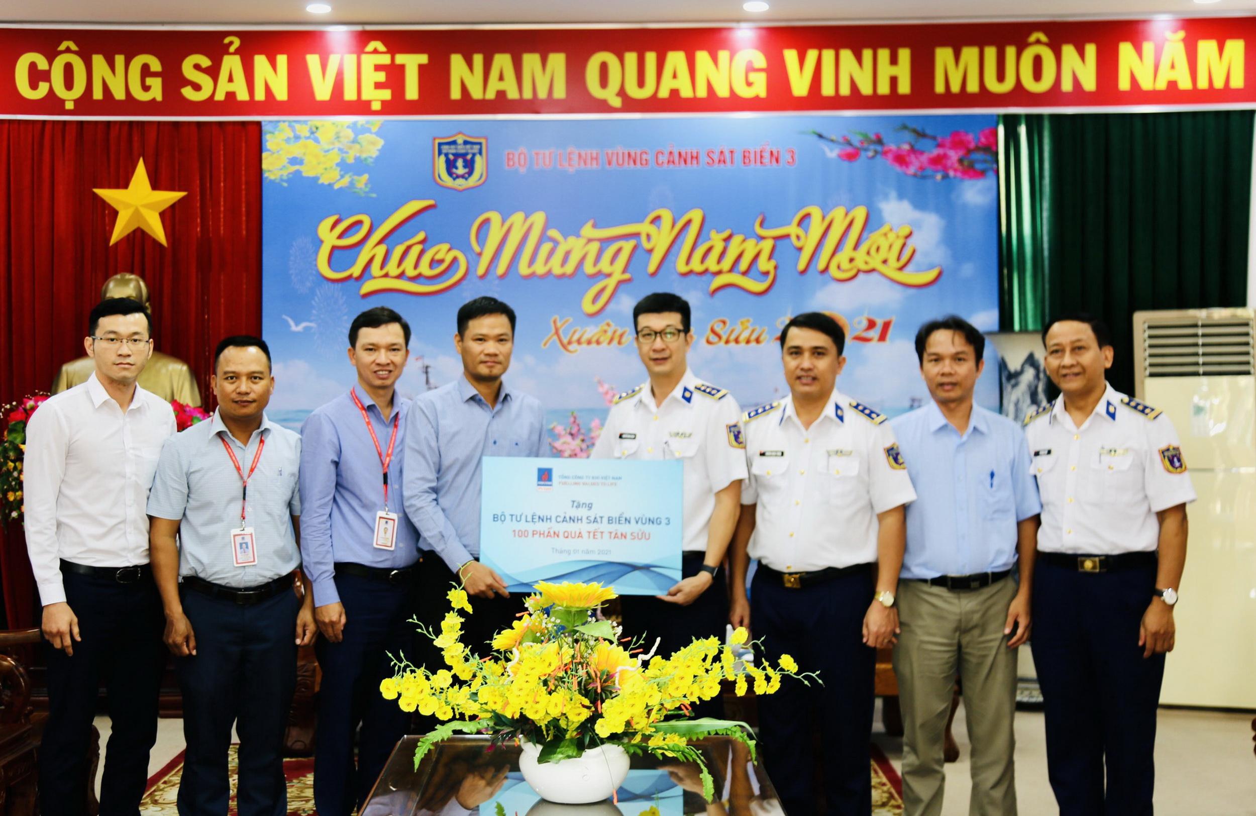 Trao tặng 100 phần quà cho các cán bộ, chiến sĩ Bộ Tư lệnh Vùng Cảnh sát biển 3