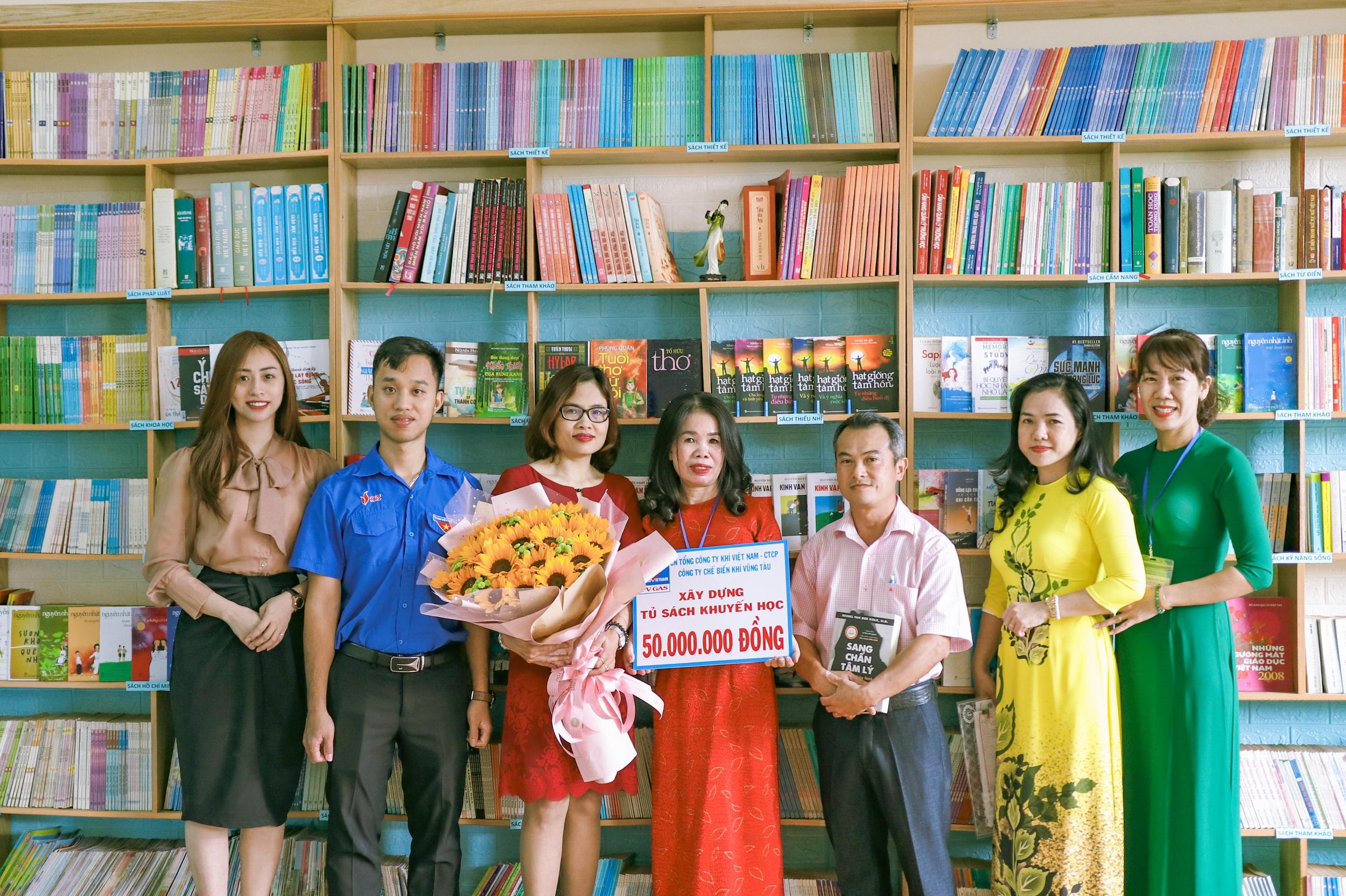 Trao tặng tủ sách cho các trường của BR-VT