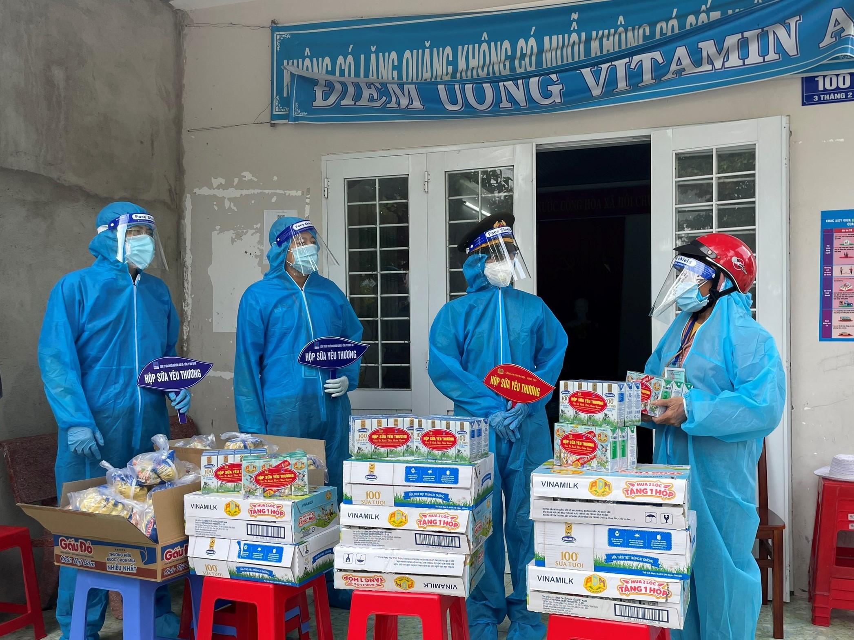 """Toàn bộ lực lượng tham gia Chương trình """"HỘP SỮA YÊU THƯƠNG"""" đều trang bị bảo hộ phòng chống dịch, chống lây lan bệnh dịch trong cộng đồng"""