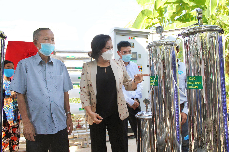 Bà Nguyễn Thị Kim Ngân, Ủy viên Bộ Chính trị, Chủ tịch Quốc hội, tham quan hệ thống lọc nước ngọt do PV GAS ủng hộ tỉnh Bến Tre