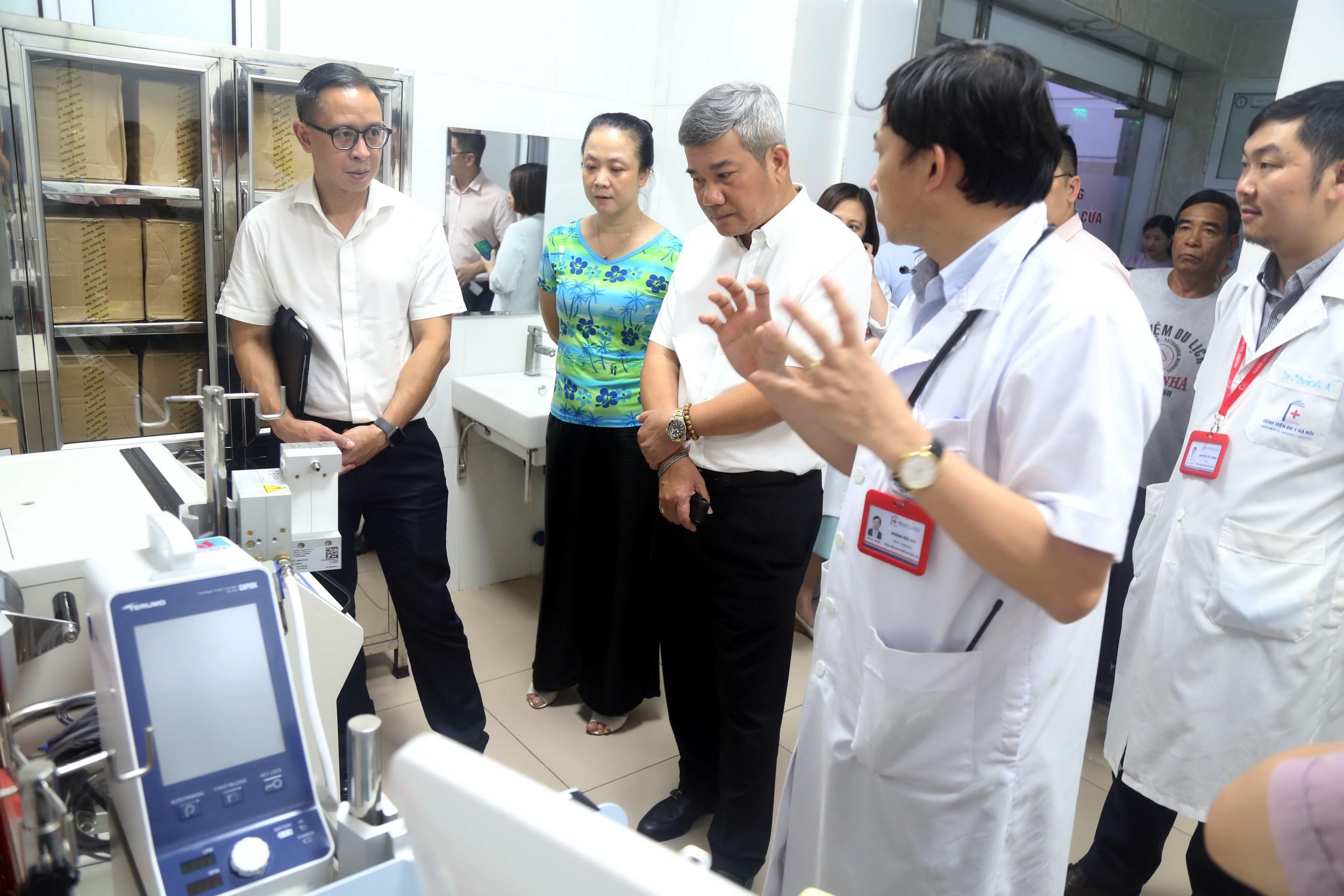 PTGĐ PVN Đỗ Chí Thanh tham quan hệ thống thiết bị y tế mới