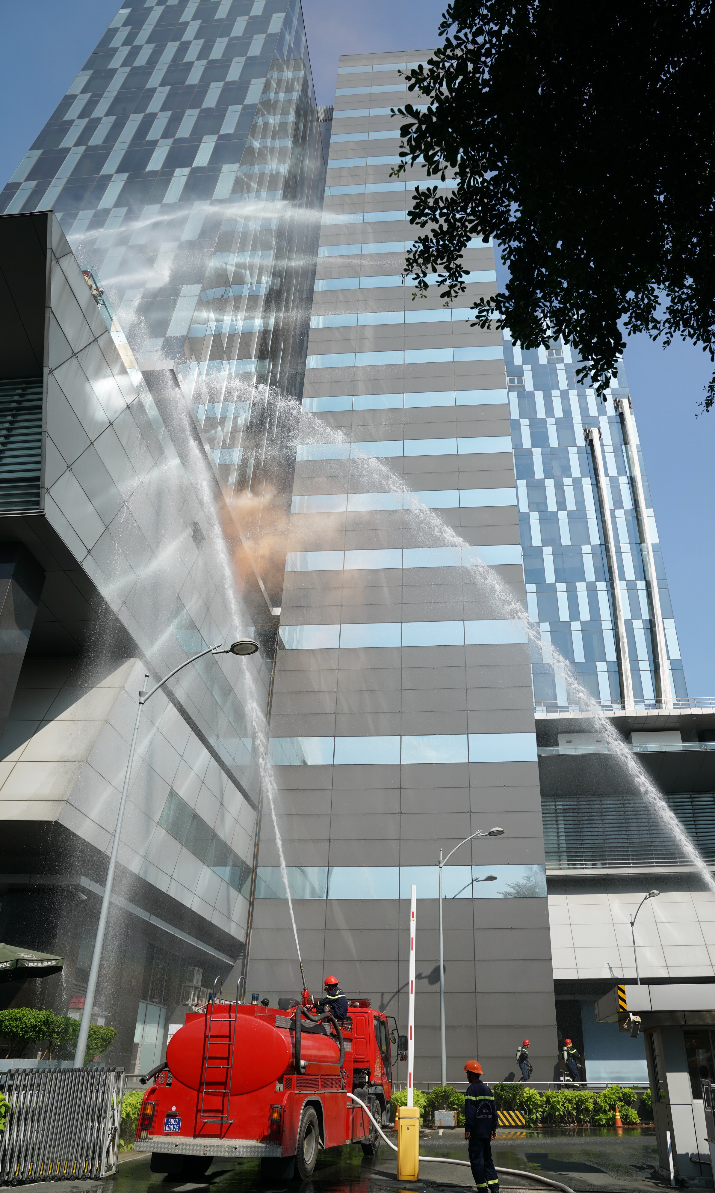 Lực lượng chữa cháy chuyên nghiệp hỗ trợ dập tan đám cháy