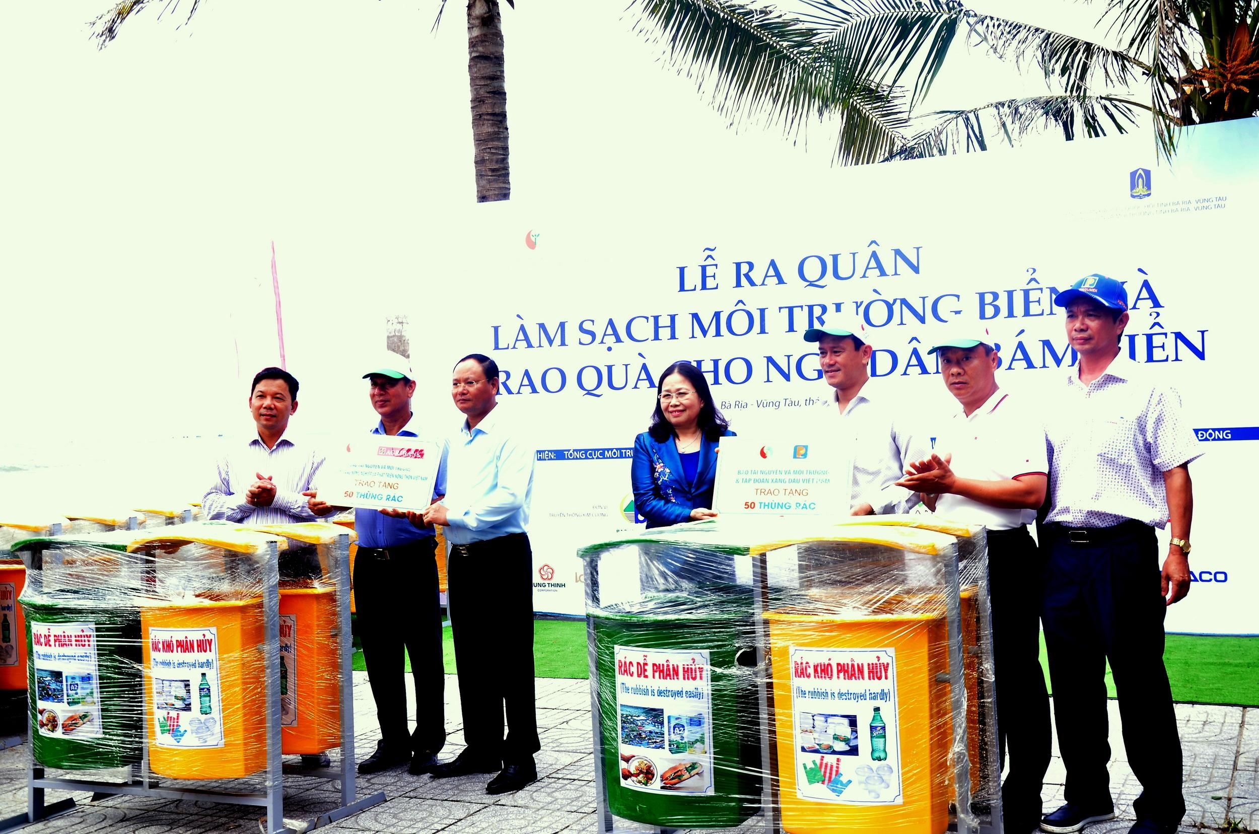Trao tặng thùng đựng rác công cộng