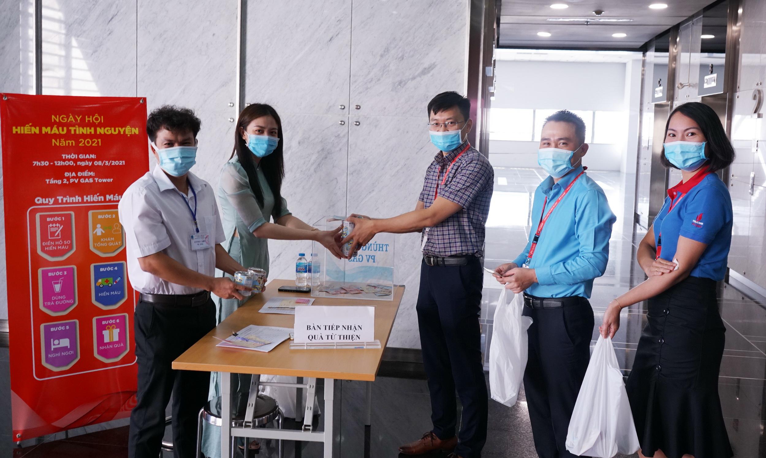 Hầu hết các tình nguyện viên đều trao tặng phần quà và tiền hỗ trợ hiến máu cho chương trình từ thiện