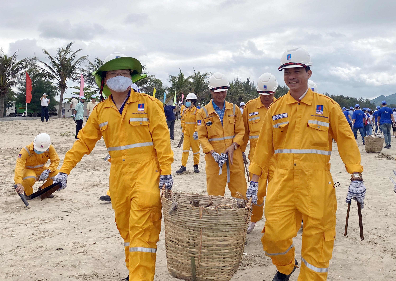 Đội quân PV GAS tích cực tham gia thu gom rác thải, làm sạch bãi biển BR-VT