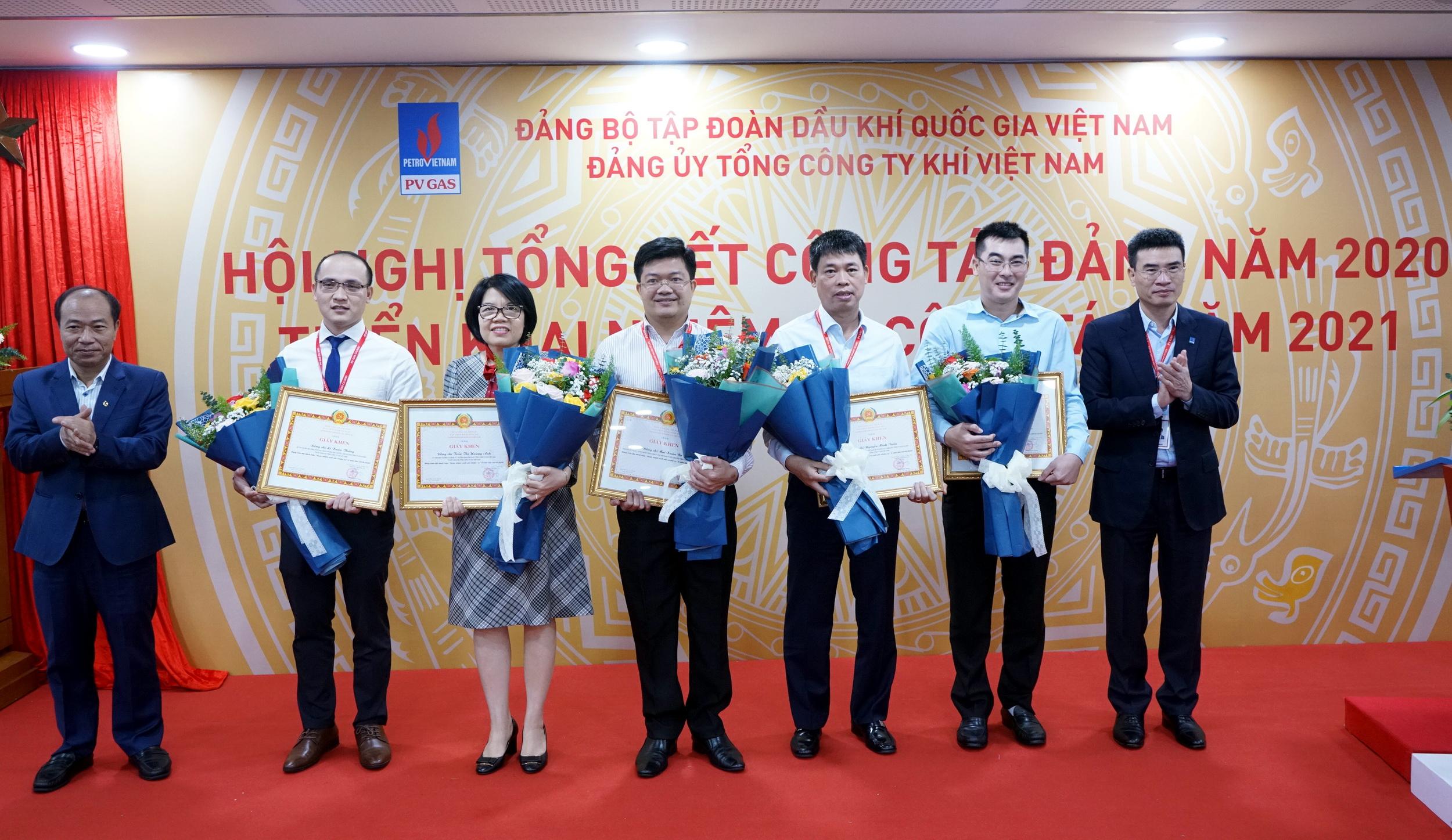Đảng ủy Tập đoàn khen thưởng các đảng viên xuất sắc của PV GAS