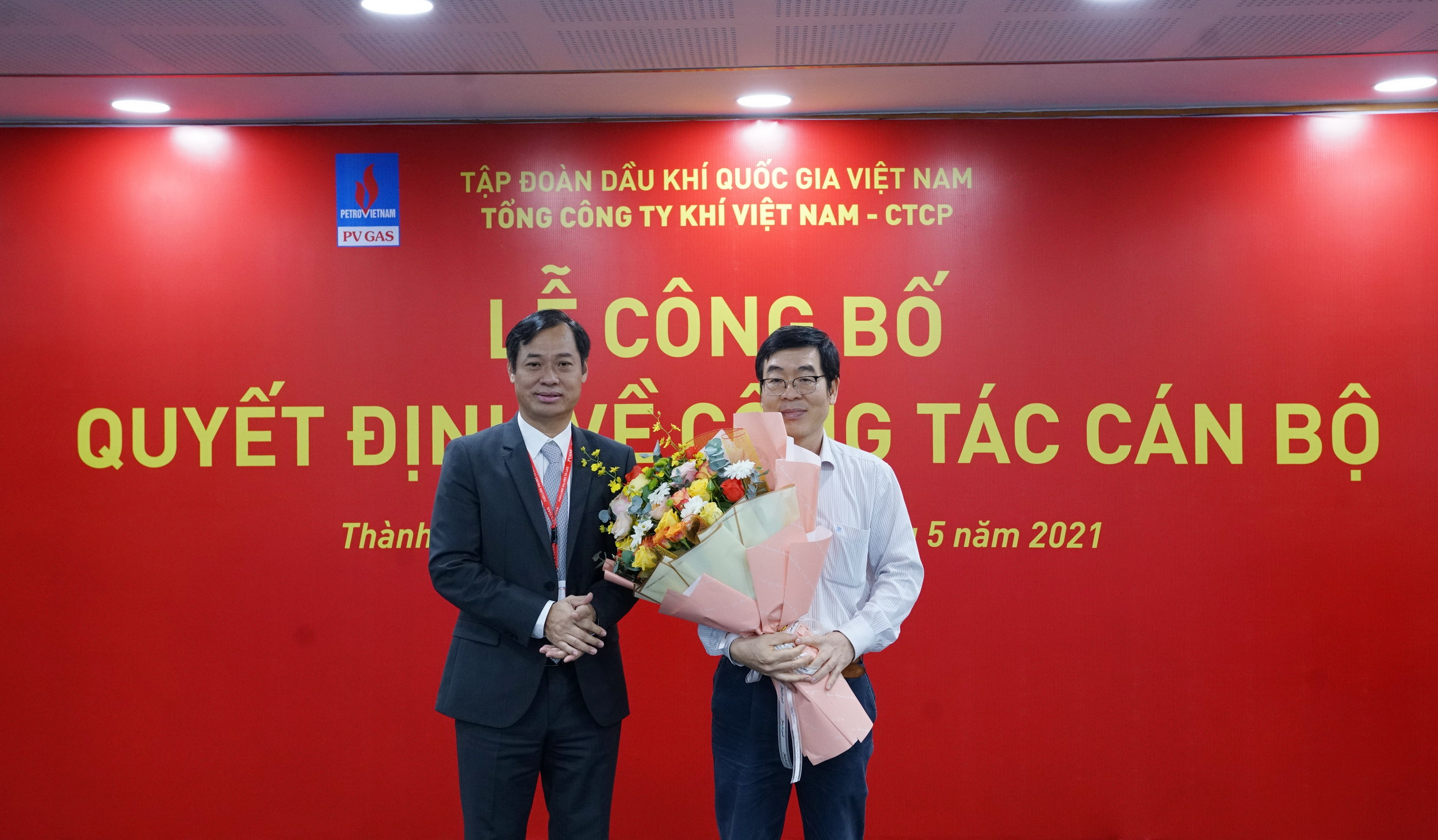 Tân Chủ tịch Công đoàn PV GAS tặng hoa tri ân của CĐ DKVN cho đồng chí Nguyễn Văn Hùng, cựu Chủ tịch Công đoàn PV GAS nghỉ hưu theo chế độ