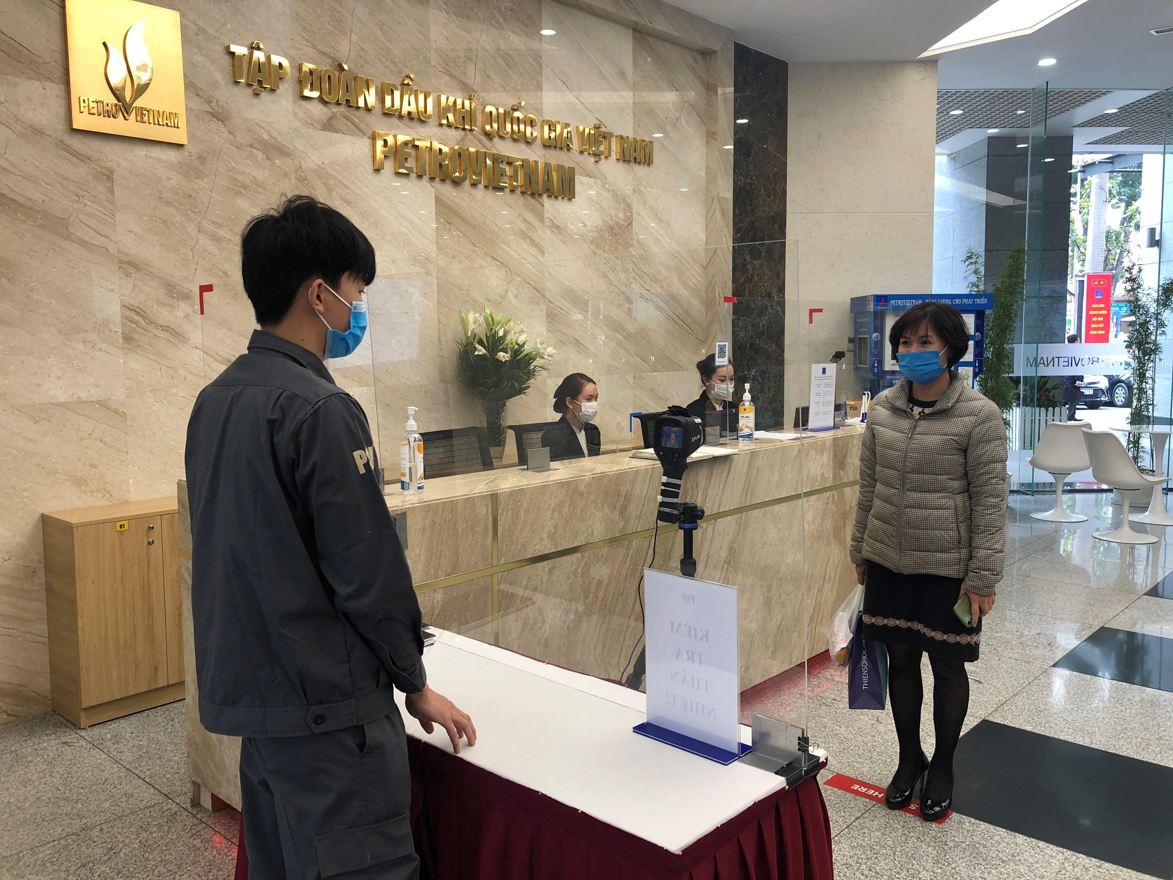 Kiểm tra thân nhiệt tại tòa nhà trụ sở Petrovietnam, 18 Láng Hạ