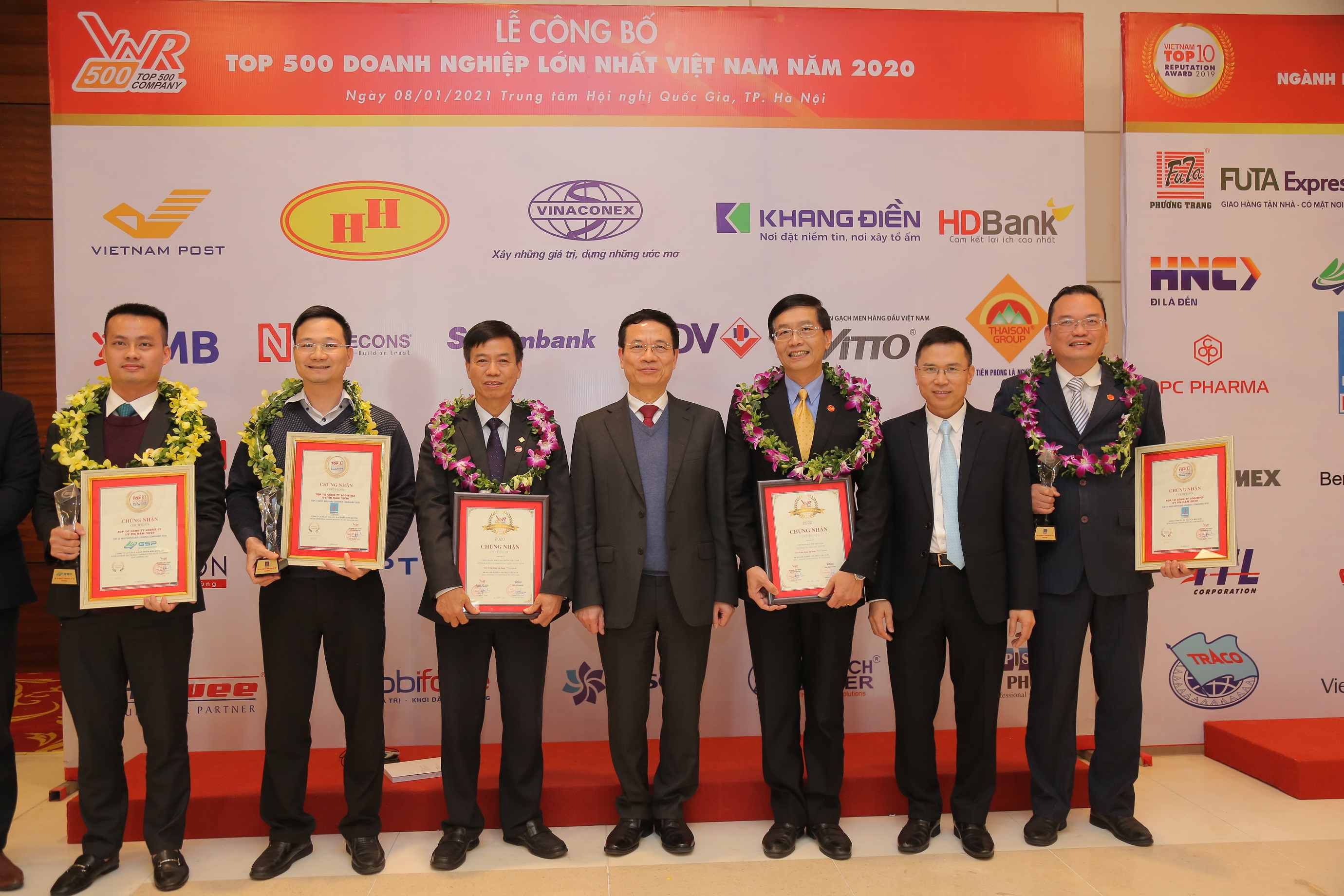 Bộ trưởng Bộ Thông tin và Truyền thông Nguyễn Mạnh Hùng cùng đại diện các doanh nghiệp Dầu khí tại lễ công bố và vinh danh