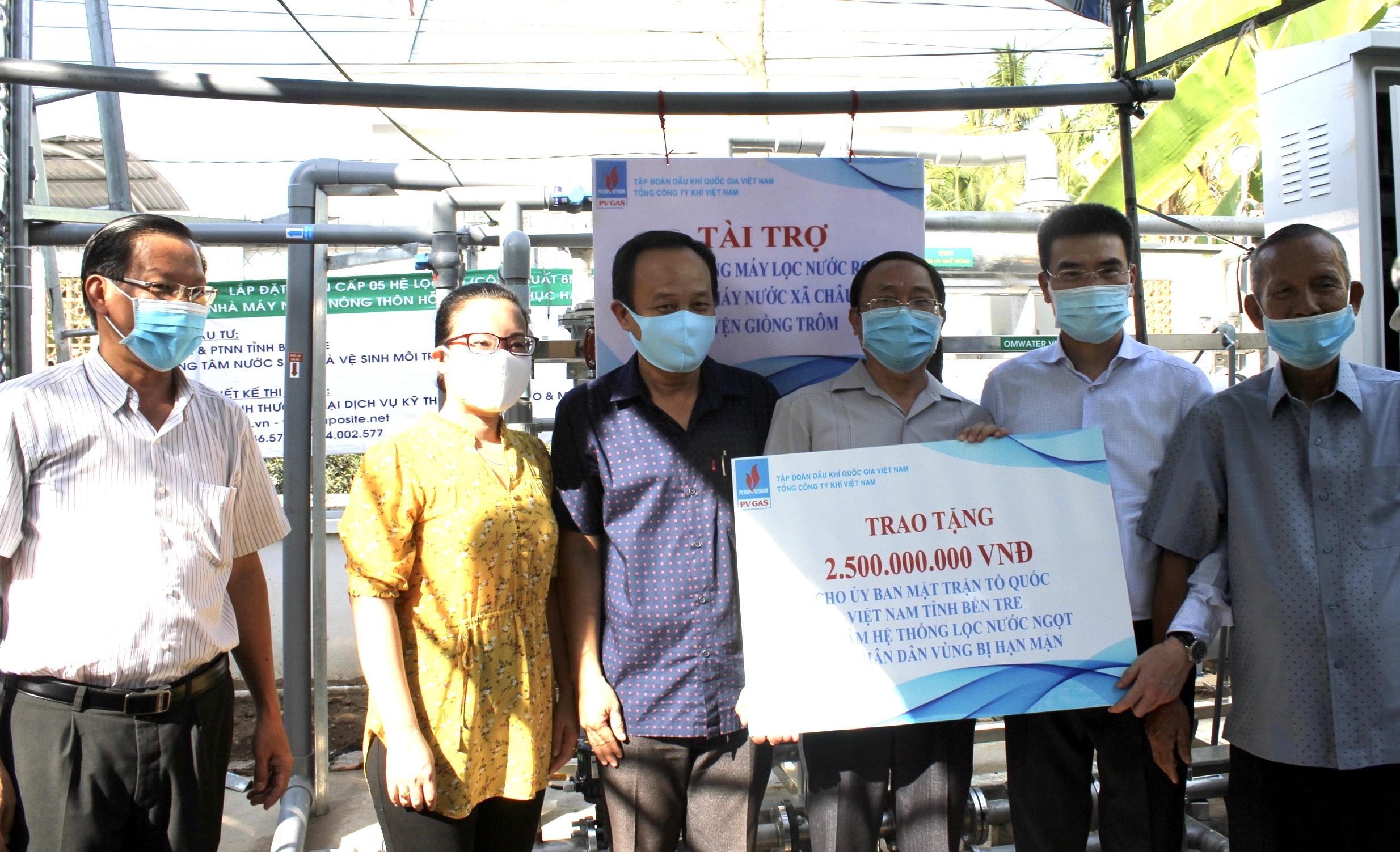 Nghi thức trao tặng 2 hệ thống lọc nước cho tỉnh Bến Tre