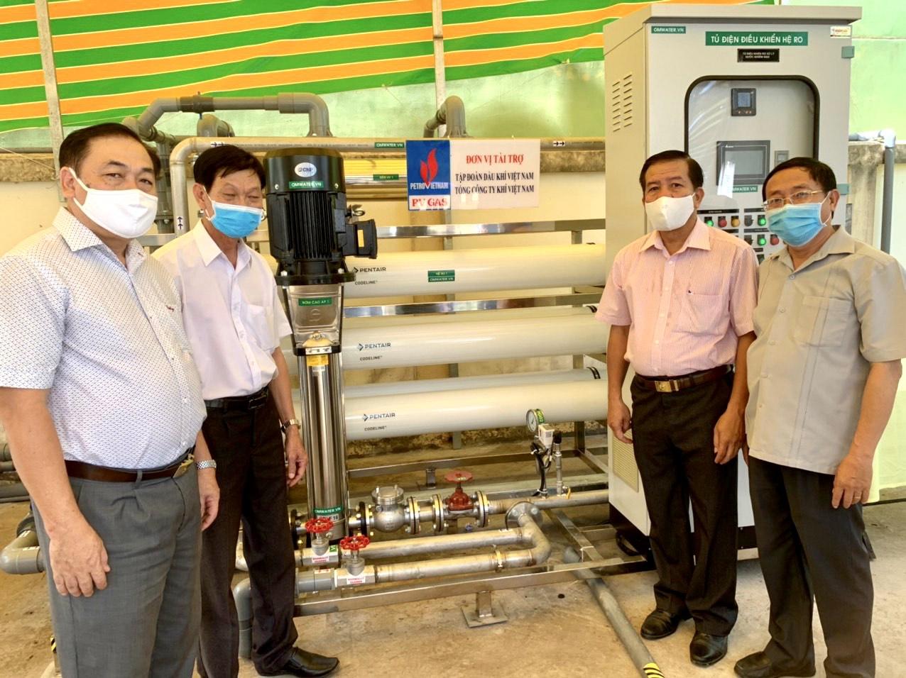 Các đại biểu tham quan hệ thống lọc nước mới được lắp đặt và đi vào vận hành