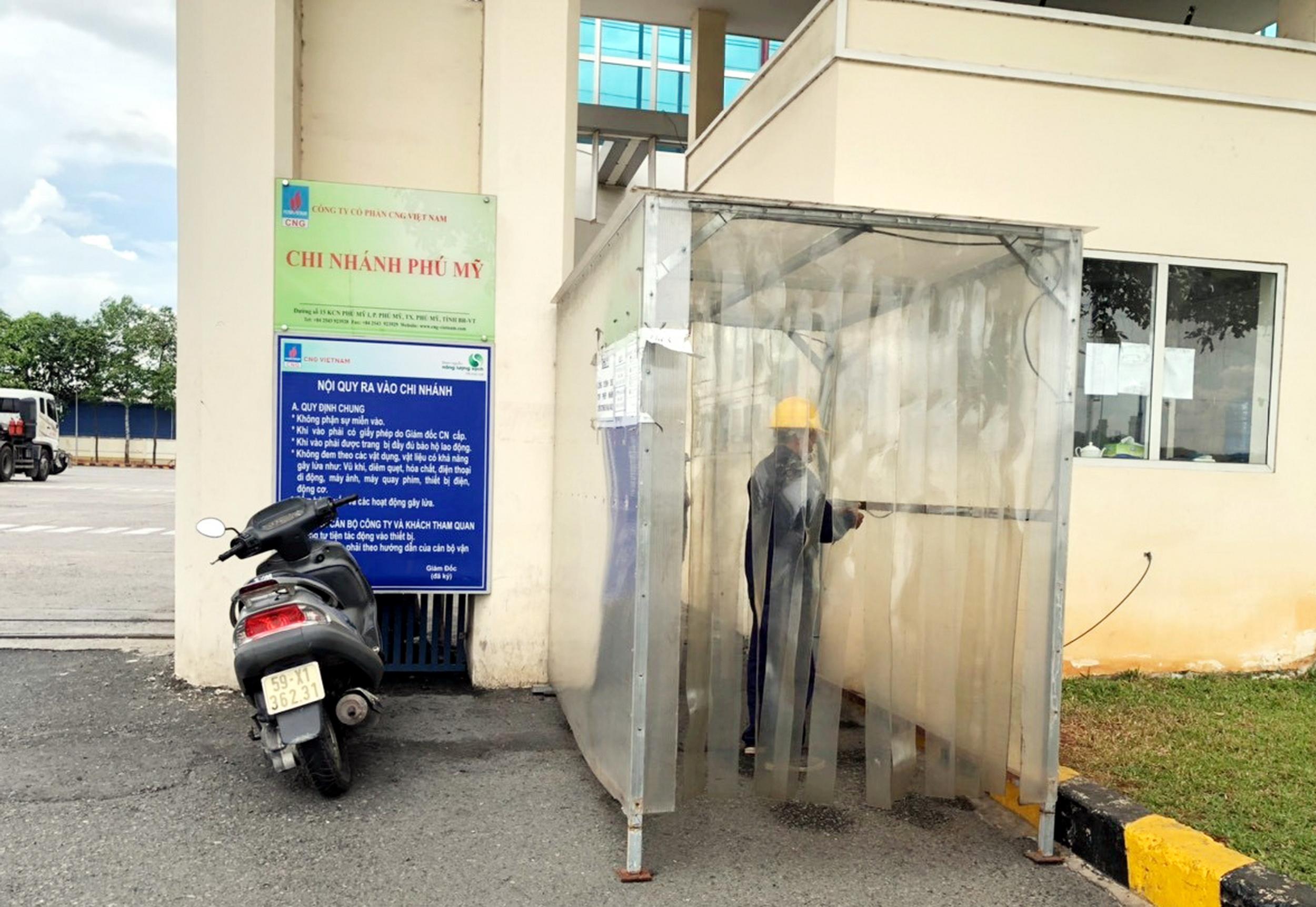 Buồng khử khuẩn được đặt tại cửa các công trình khí để yêu cầu sát khuẩn người vào