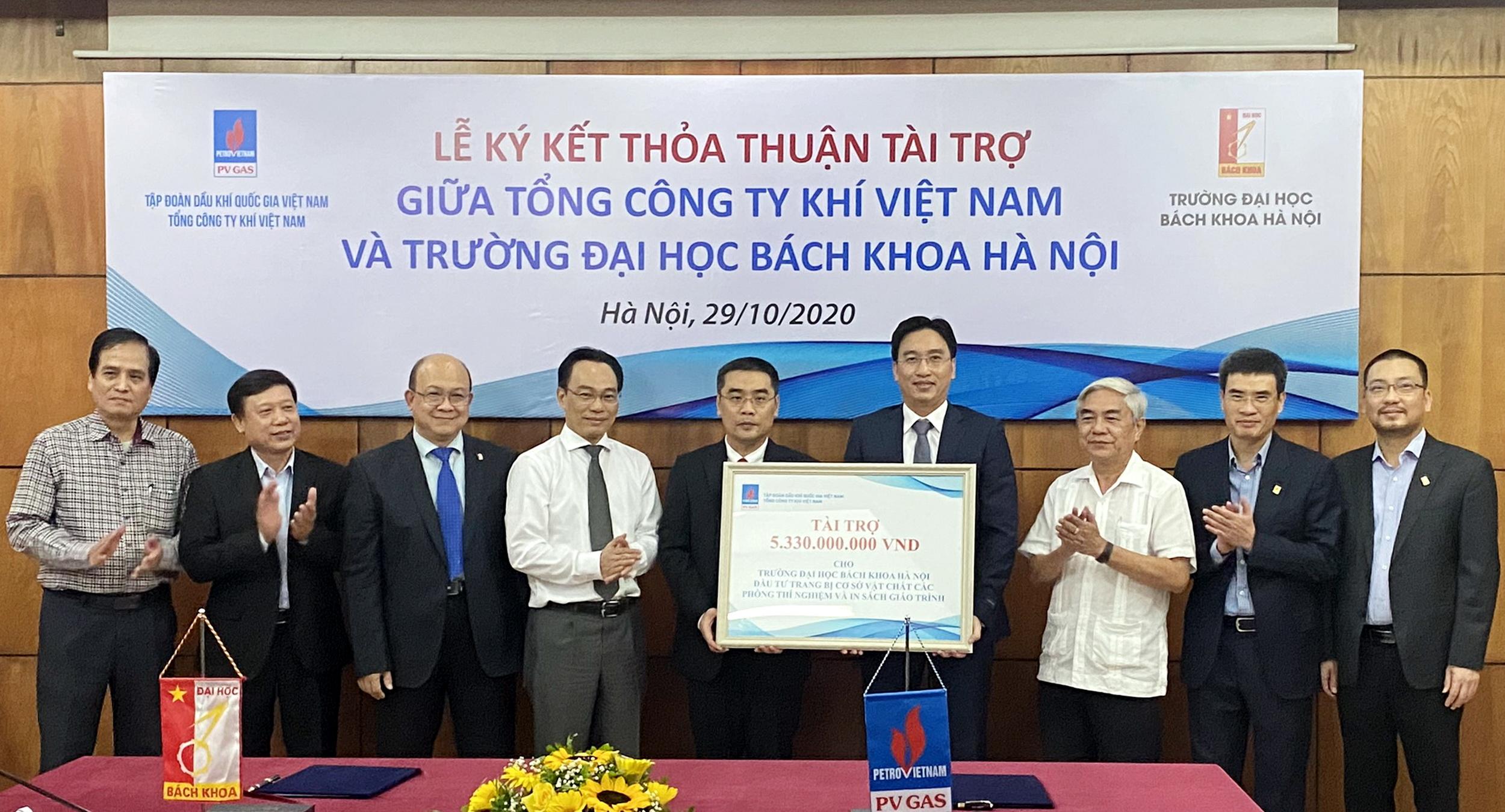 Trao biển chứng nhận tài trợ, phục vụ sự nghiệp đào tạo, phát triển nhân tài của trường Đại học Bách khoa Hà Nội