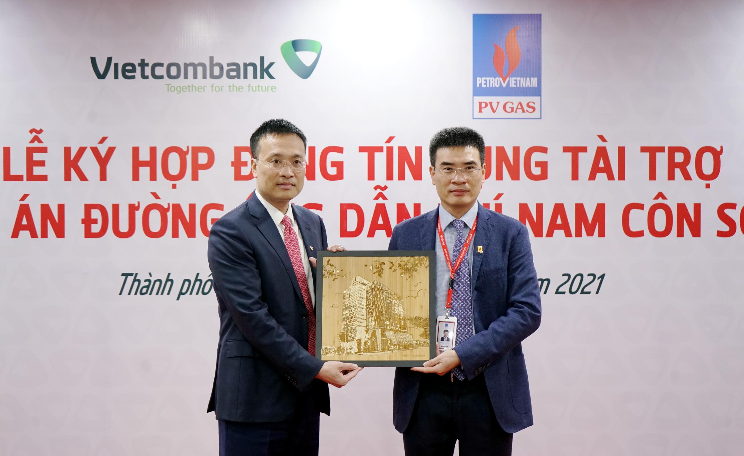 Lãnh đạo 2 doanh nghiệp trao nhận lưu niệm về một sự kiện quan trọng mở đầu cho năm mới 2021
