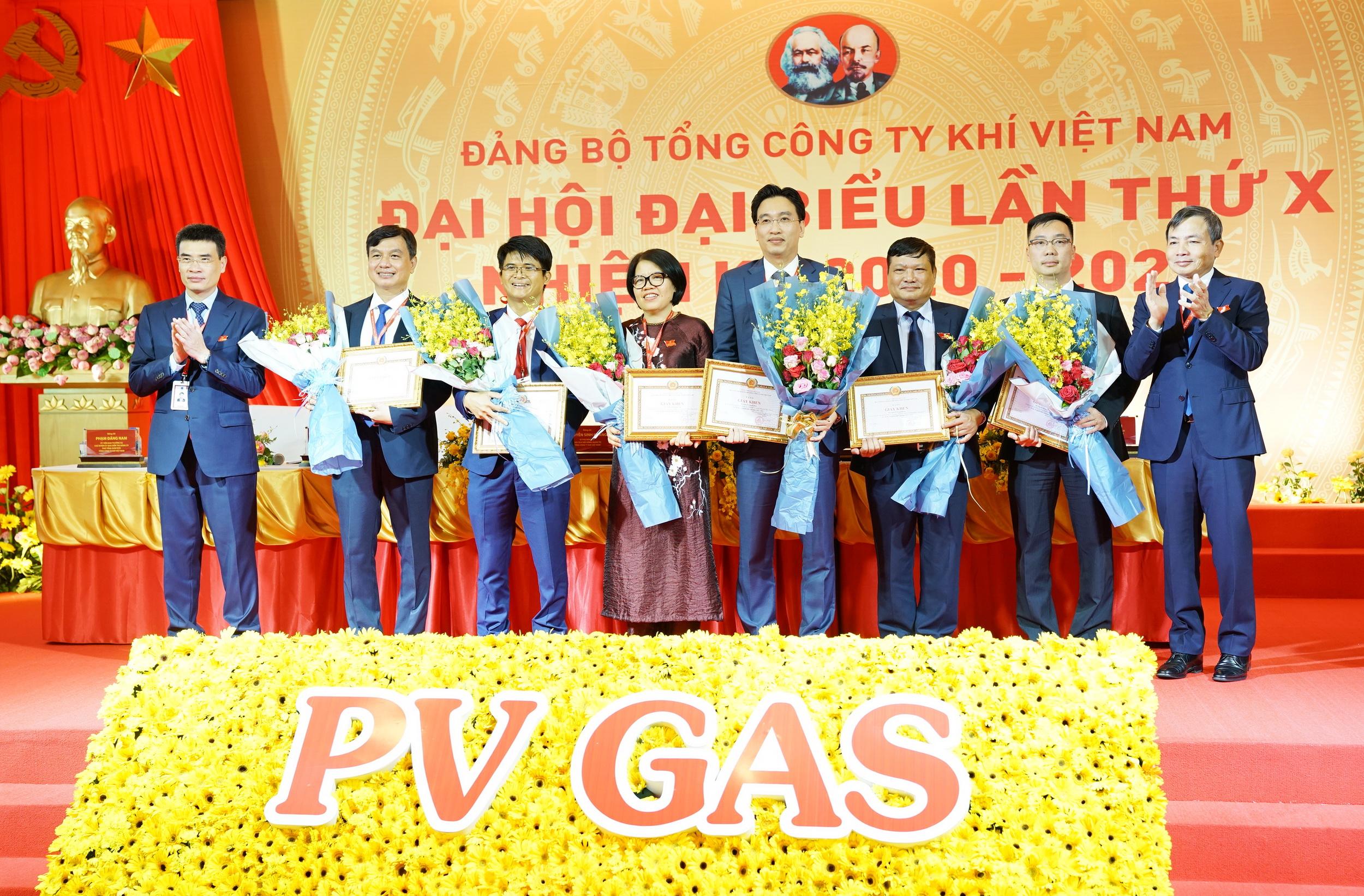 Khen thưởng các bí thư xuất sắc của các chi/đảng bộ trực thuộc PV GAS đã có nhiều thành tích trong nhiệm kỳ 2015-2020