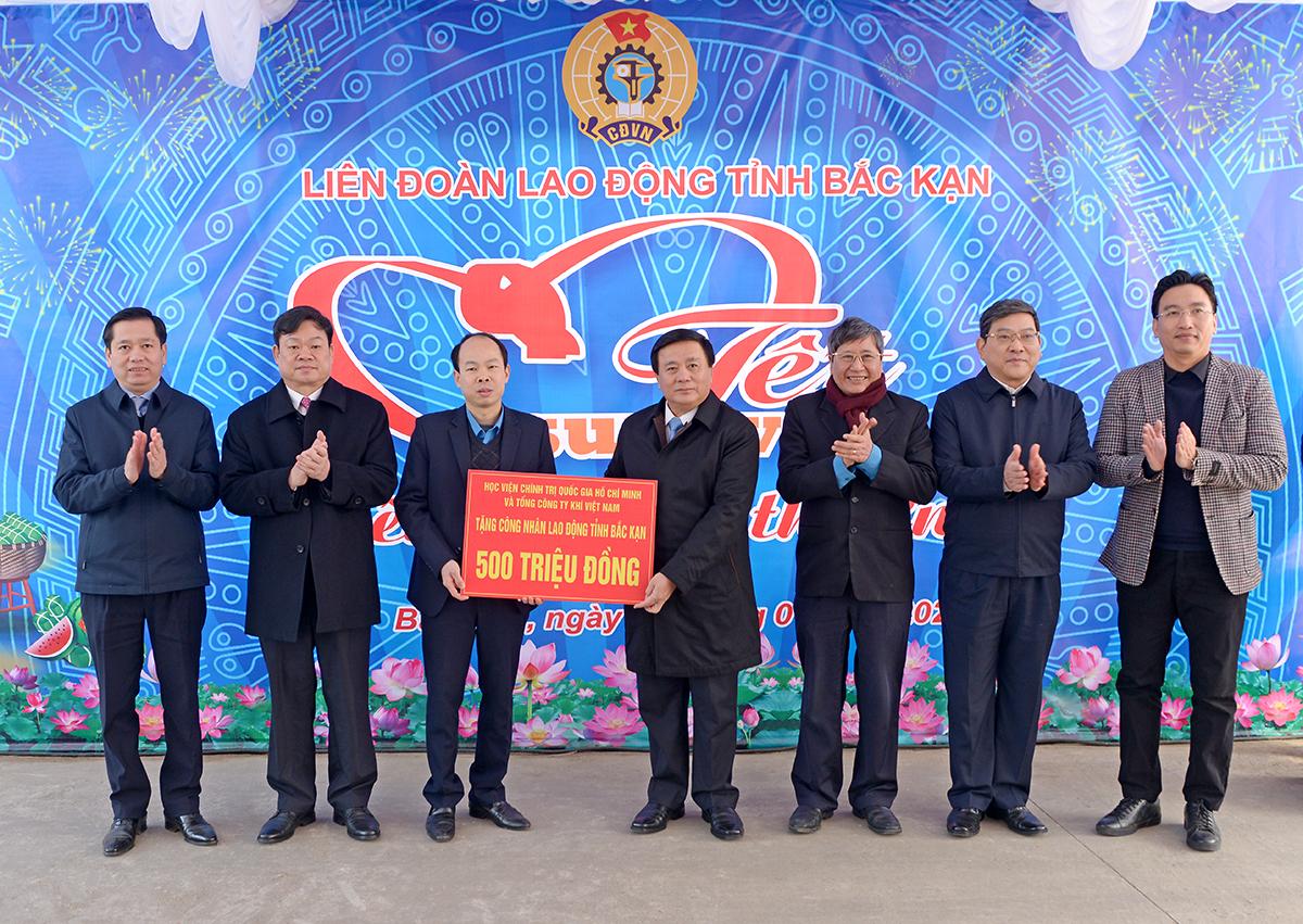 Thay mặt Học viện Chính trị quốc gia Hồ Chí Minh, đồng chí Nguyễn Xuân Thắng và Tổng Công ty Khí Việt Nam tặng 500 triệu đồng cho công nhân, người lao động tỉnh Bắc Kạn