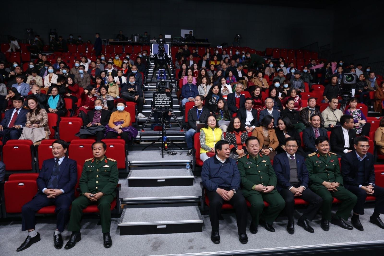 Các đại biểu và khán giả tham dự chương trình