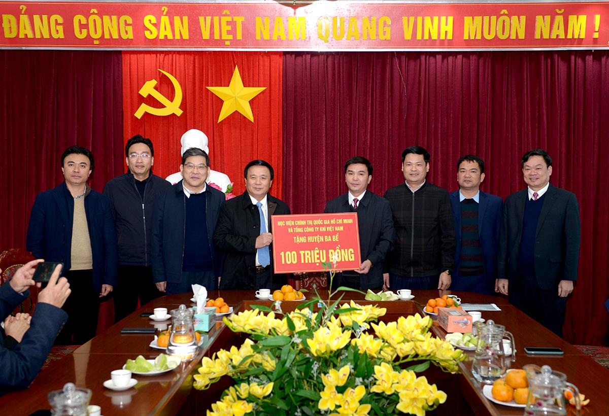 Đồng chí Nguyễn Xuân Thắng và đoàn công tác đã tặng Huyện Ba Bể 100 triệu đồng để hỗ trợ các gia đình chính sách, hộ nghèo trên địa bàn huyện nhân dịp Tết Nguyên đán Tân Sửu 2021