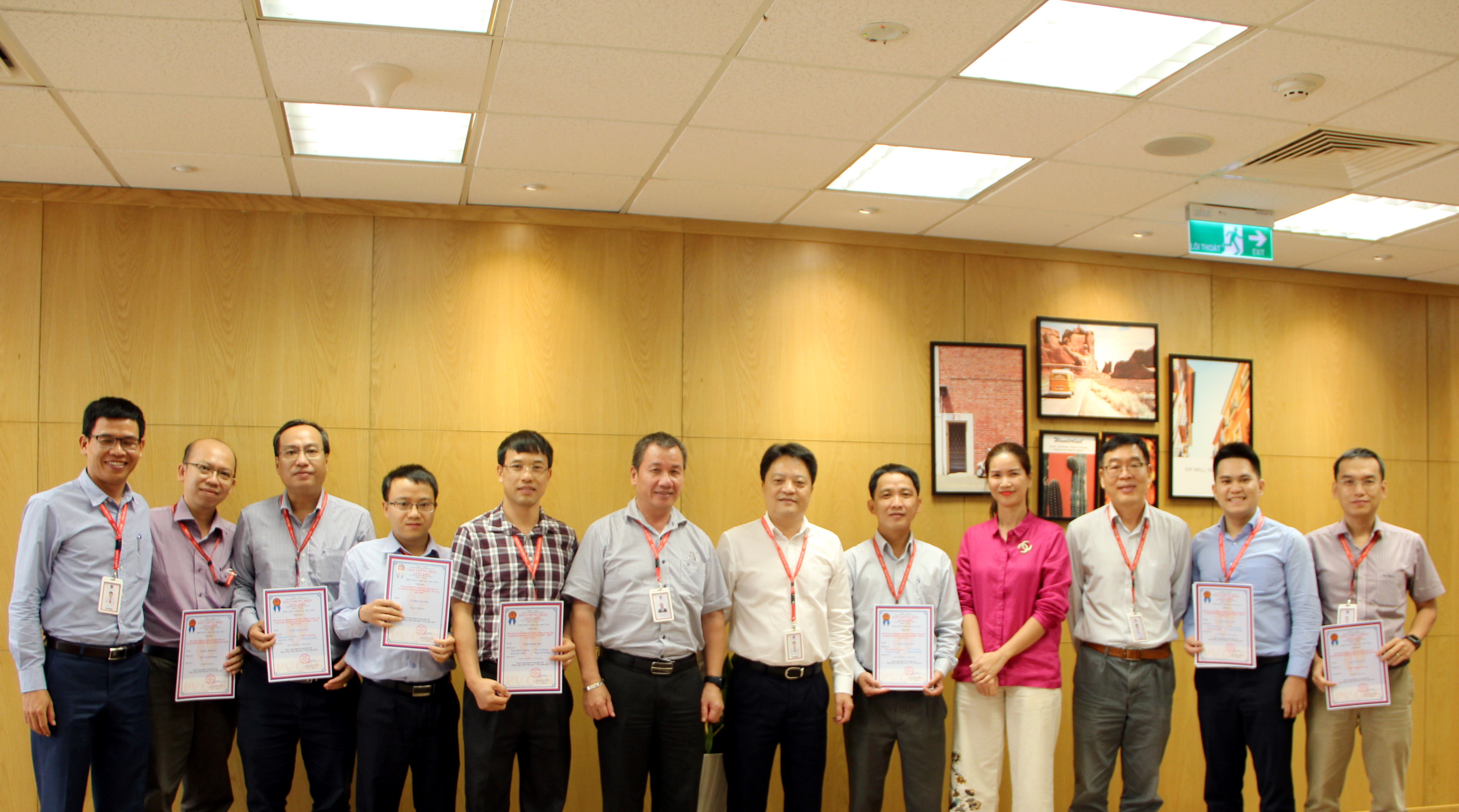 Các lãnh đạo TCT và Công đoàn chúc mừng các nhóm tác giả