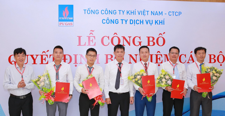 Lãnh đạo DVK trao quyết định và chúc mừng các cán bộ