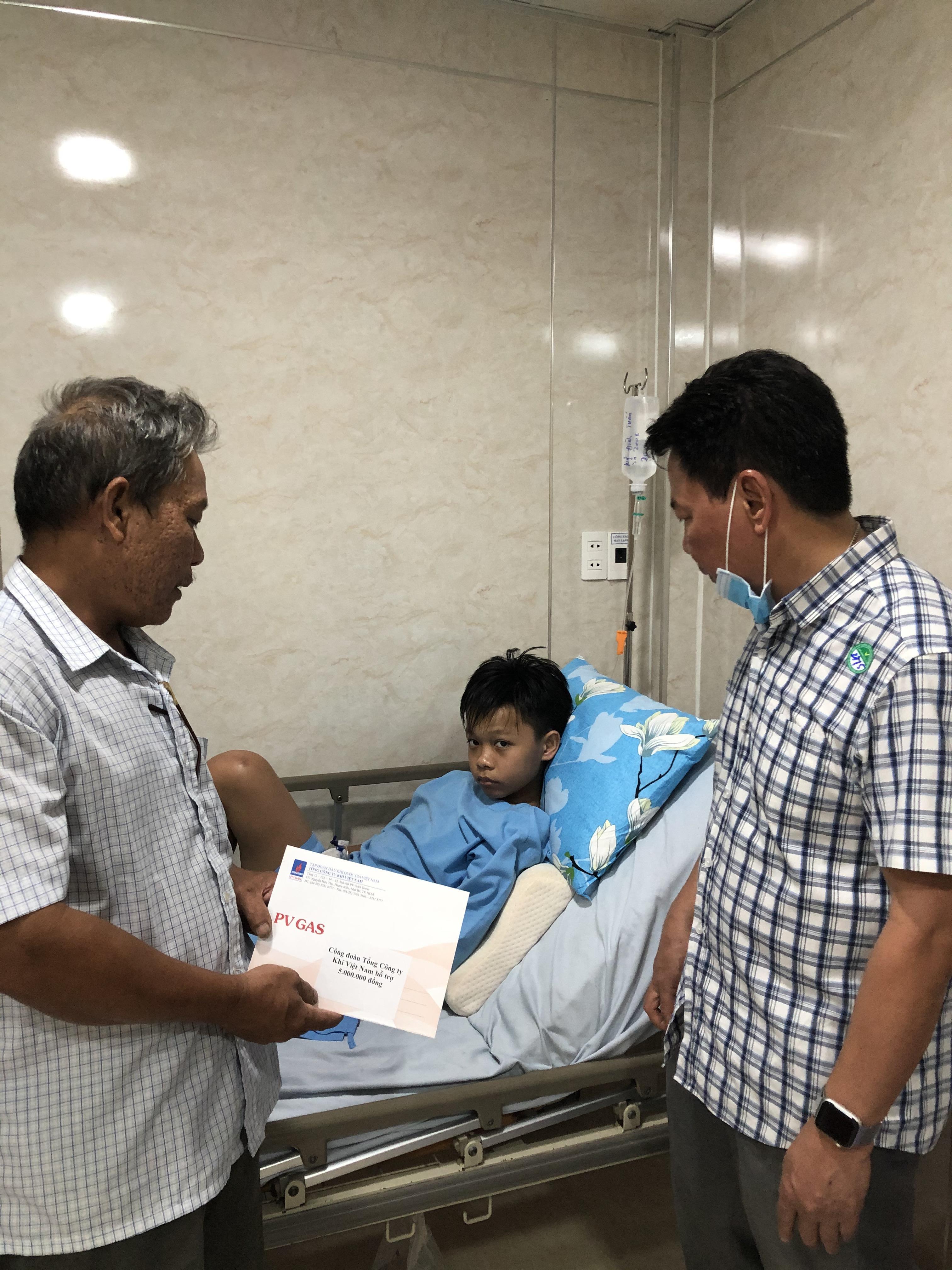 Ông Nguyễn Đăng Hiếu, Phó Chủ tịch Công đoàn PV GAS thăm hỏi học sinh bị nạn tại bệnh viện