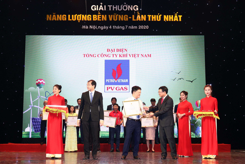 PTGĐ PV GAS Hoàng Văn Quang nhận Bằng chứng nhận và Cúp: PV GAS – Giải thưởng Năng lượng bền vững