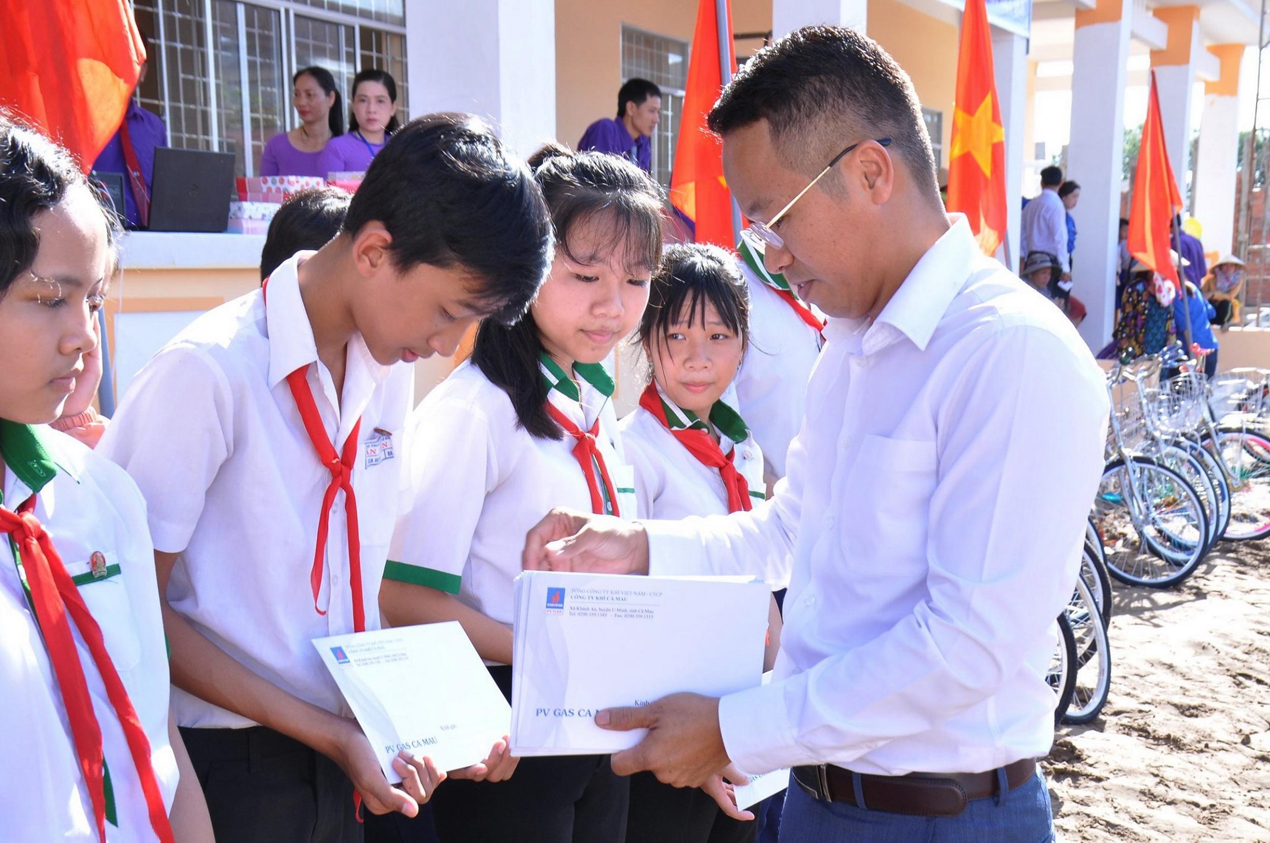 Đồng chí Nguyễn Văn Bé Ba, Giám đốc KCM trao học bổng cho các học sinh vượt khó học tốt