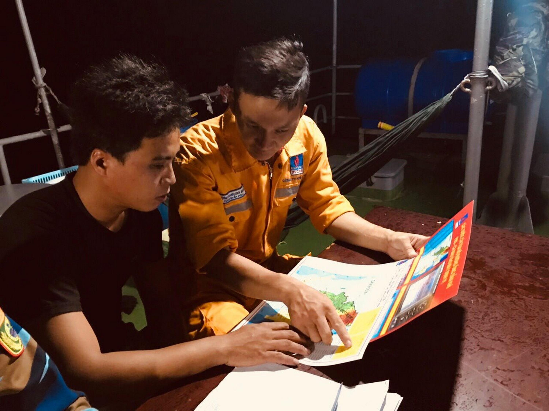 Cán bộ KĐN hướng dẫn ngư dân tham gia bảo đảm an ninh an toàn trên biển