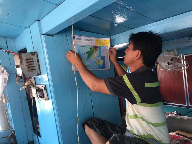 KCM và Bộ đội biên phòng phát bản đồ định vị hệ thống dầu khí trên biển để ngư dân biết và thực hiện