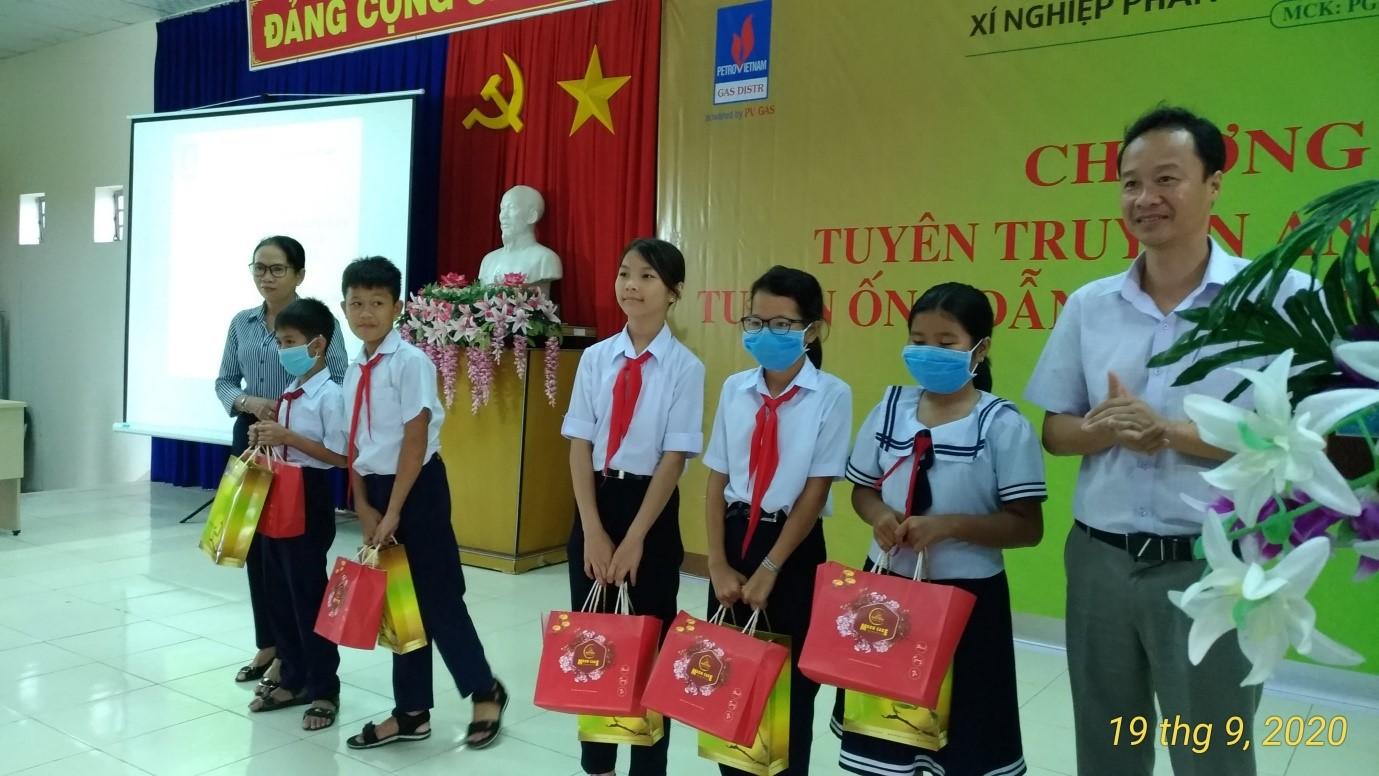 KTA Vũng Tàu thực hiện truyền thông và tặng quà cho học sinh học giỏi