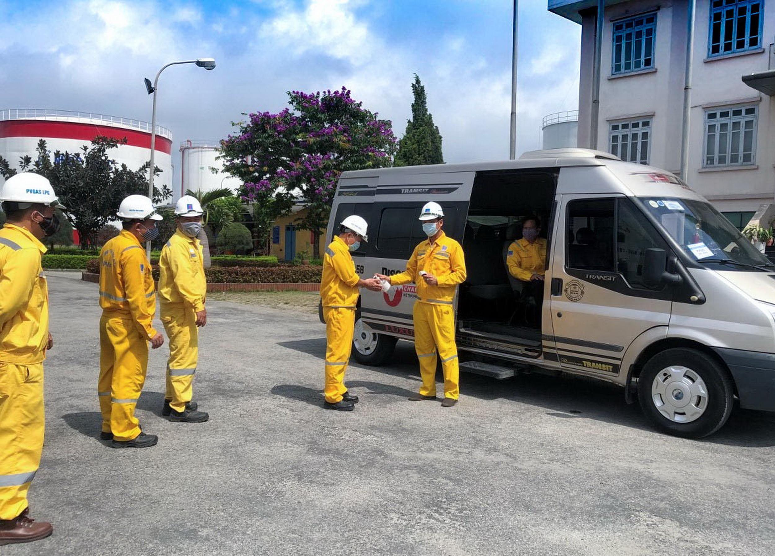 PV GAS LPG thực hiện khử khuẩn cho người lao động trước khi vào ca làm việc