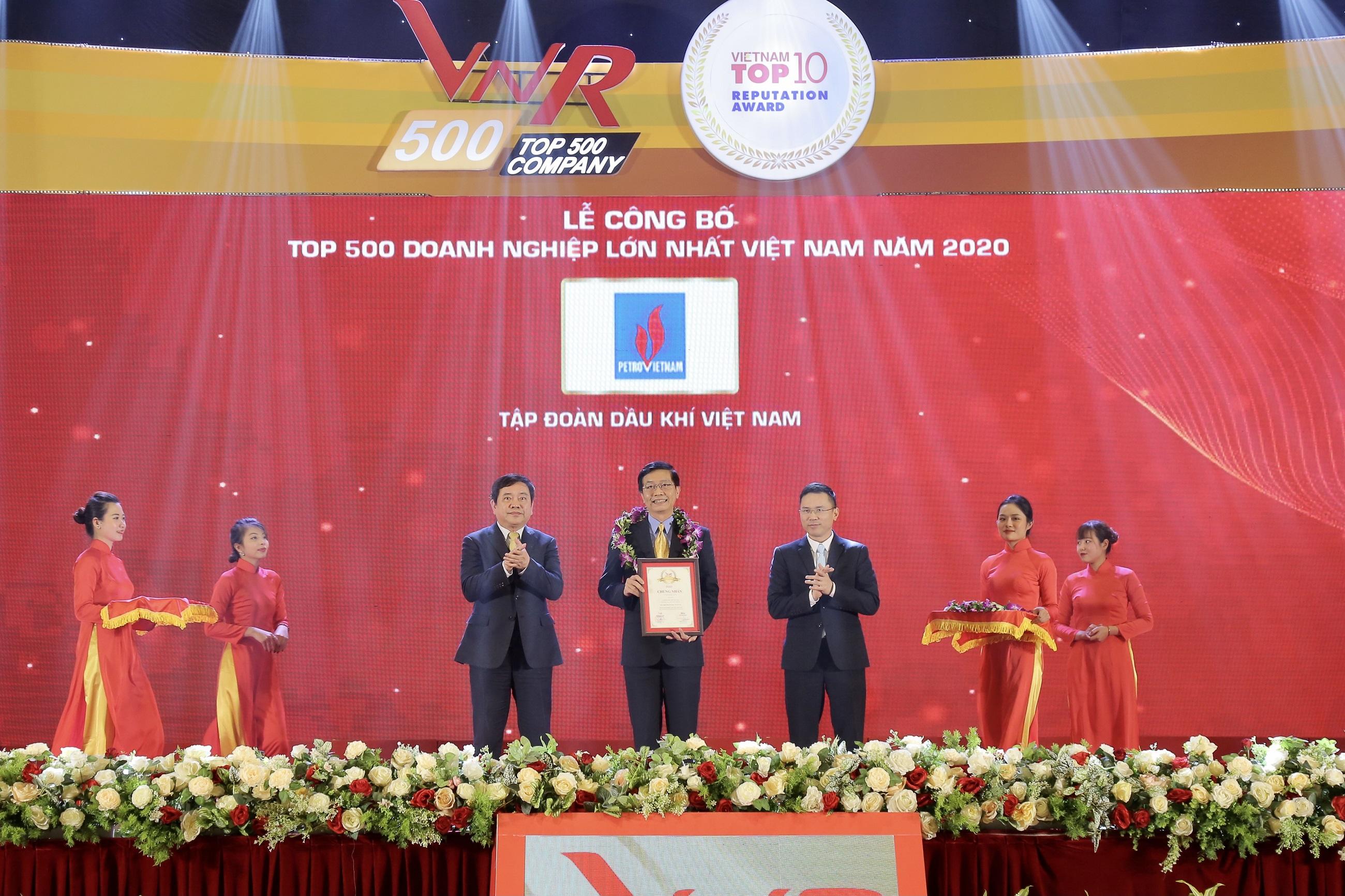 Ông Trần Quang Dũng, Trưởng Ban Truyền thông và Văn hoá doanh nghiệp đại diện Petrovietnam nhận vinh danh TOP 500 doanh nghiệp lớn nhất Việt Nam