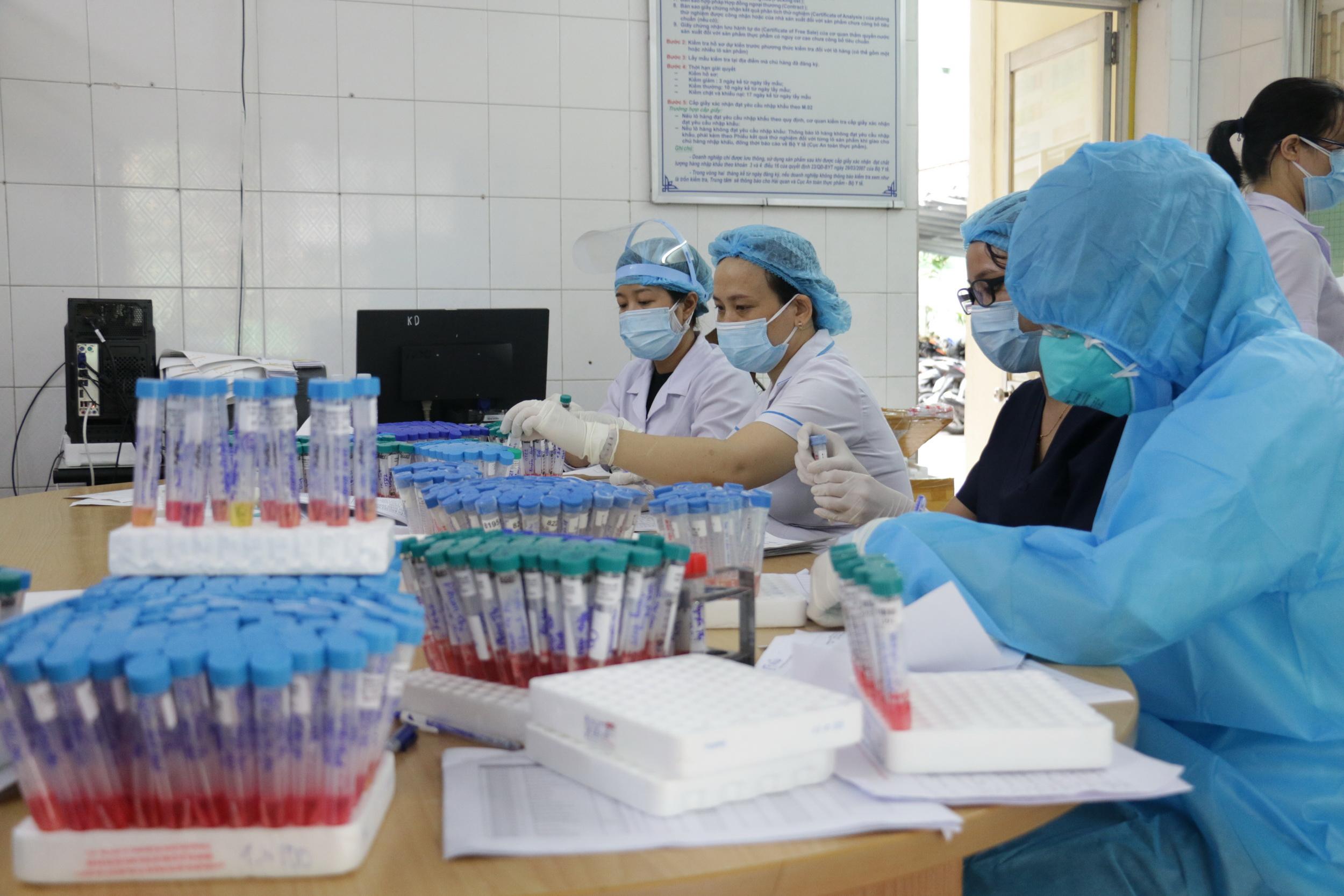 Lấy mẫu xét nghiệm ngay trong đêm tại Đà Nẵng