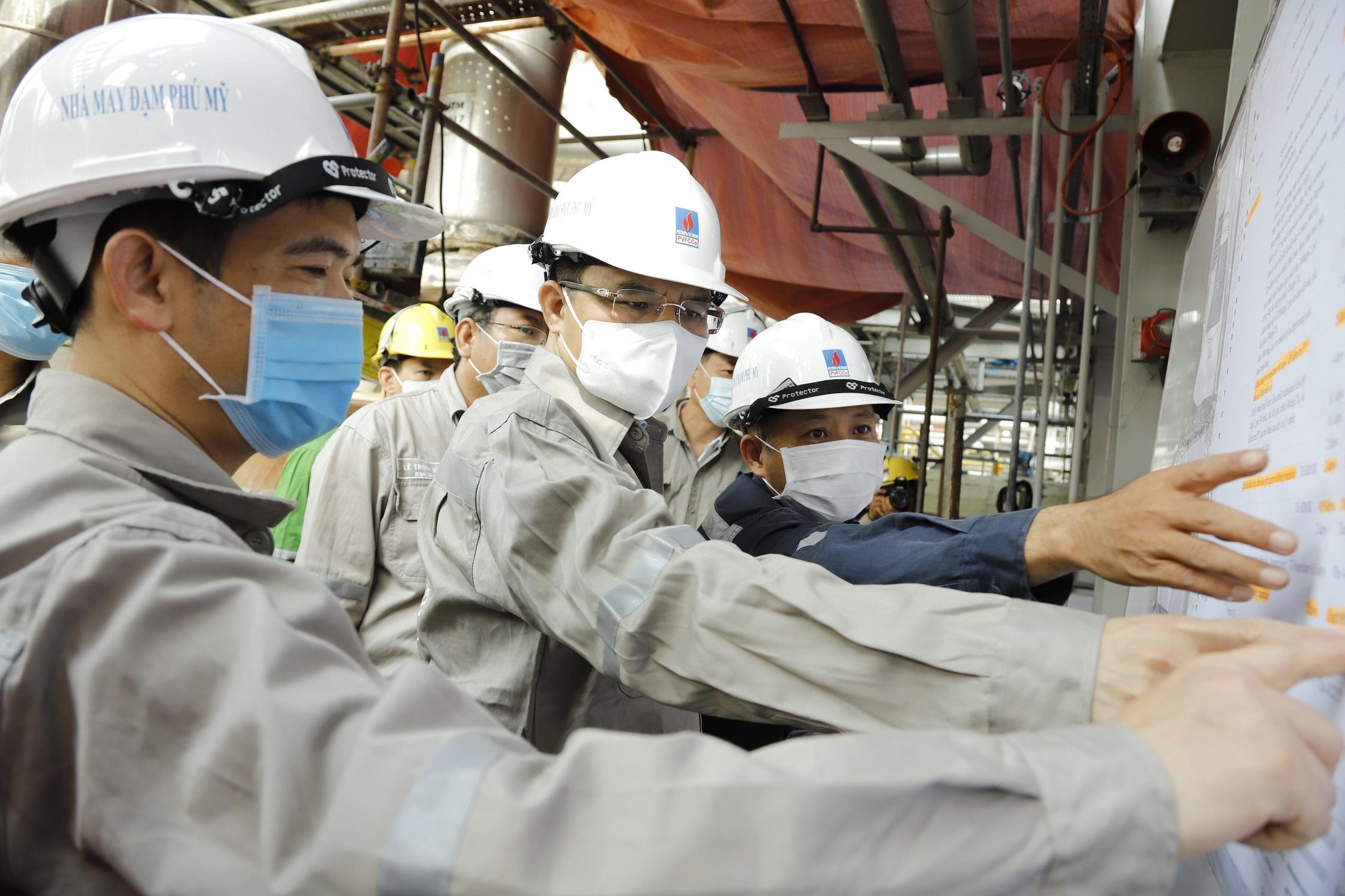 Tổng Giám đốc Petrovietnam Lê Mạnh Hùng kiêm tra công tác bảo dưỡng tổng thể Nhà máy Đạm Phú Mỹ