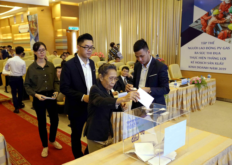 Các cổ đông thực hiện quyền bỏ phiếu tại đại hội