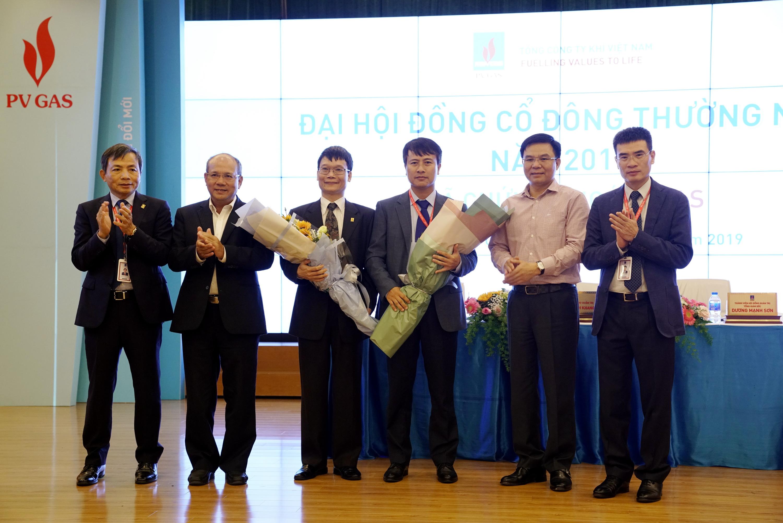 Chúc mừng ông Trương Hồng Sơn (thứ 3 từ trái qua) - ủy viên độc lập HĐQT mới và cảm ơn ông Nguyễn Anh Tuấn (thứ 4 từ trái qua)
