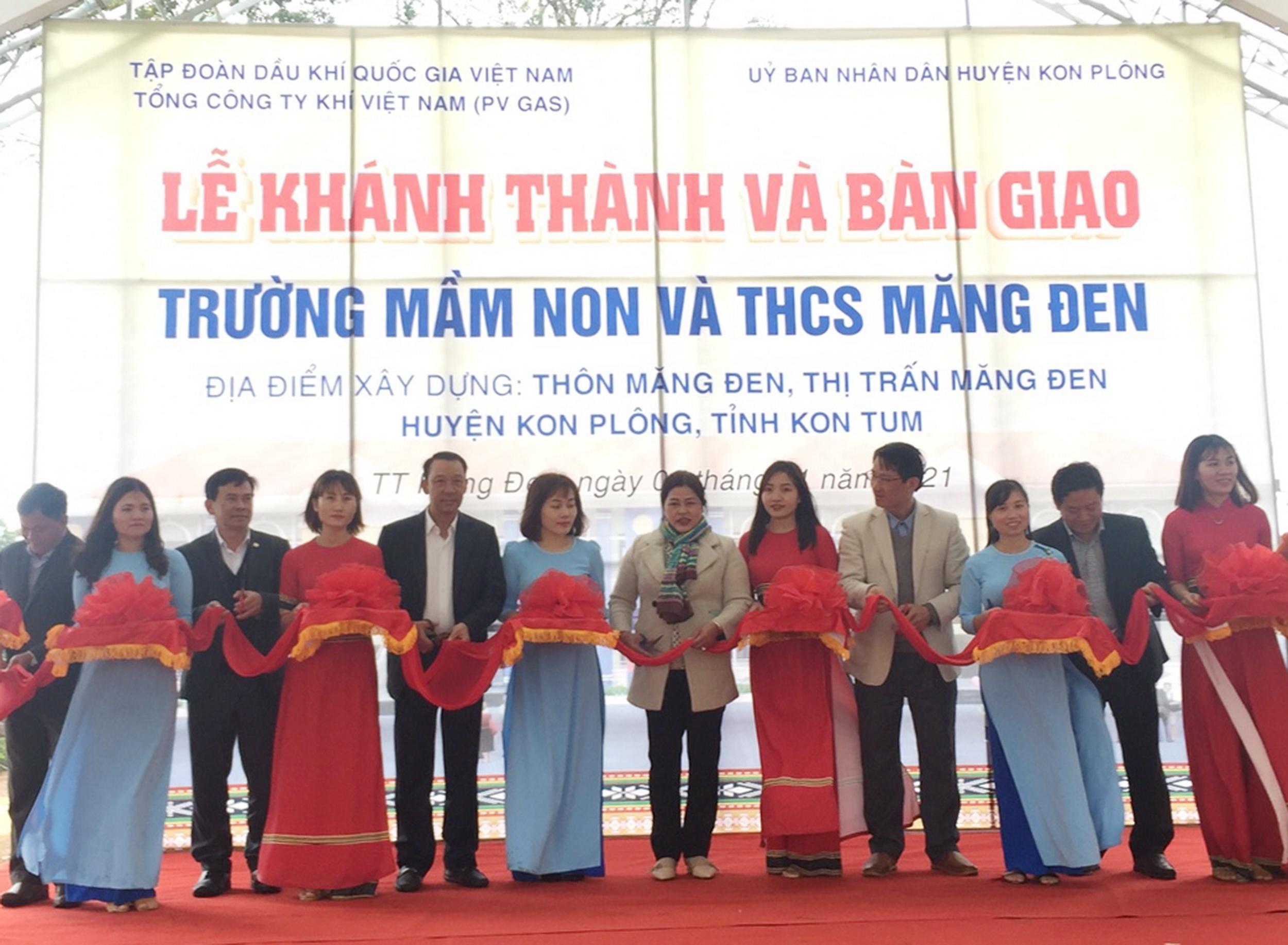 Cắt băng khánh thành và đưa vào sử dụng 2 ngôi trường – mái nhà tươi đẹp cho thế hệ trẻ Kon Tum