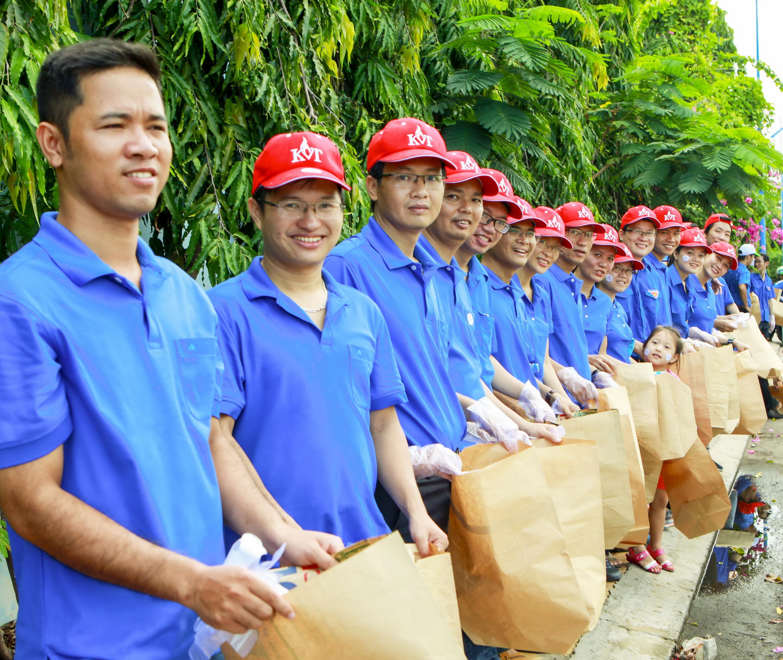 NLĐ PV GAS luôn tích cực phối hợp bảo vệ môi trường sống, thu gom rác thải cho cộng đồng